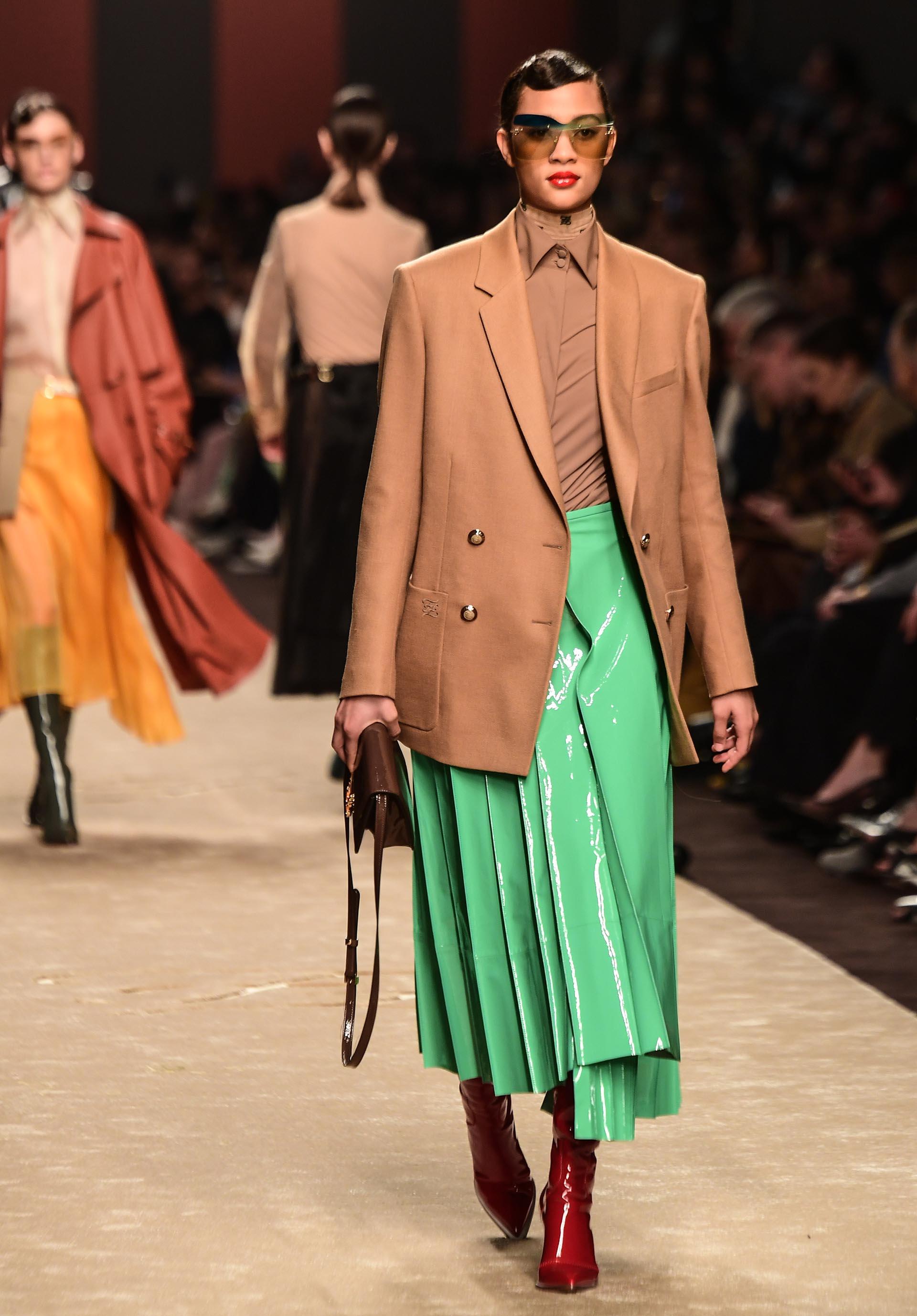 El vinilo, una tendencia que se hizo presente en toda la colección de Fendi y se vio reflejada en faldas, calzado, marroquinería, tapados y sacos