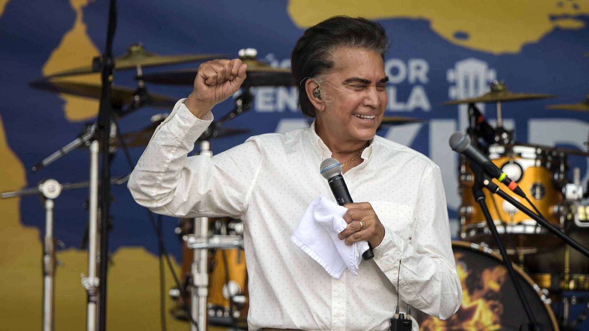 """El cantante venezolano José Luis """"El Puma"""" Rodríguez, se presenta durante el concierto """"Venezuela Aid Live"""" en el Puente Internacional Tienditas en Cúcuta, Colombia, el 22 de febrero de 2019. (AFP)"""