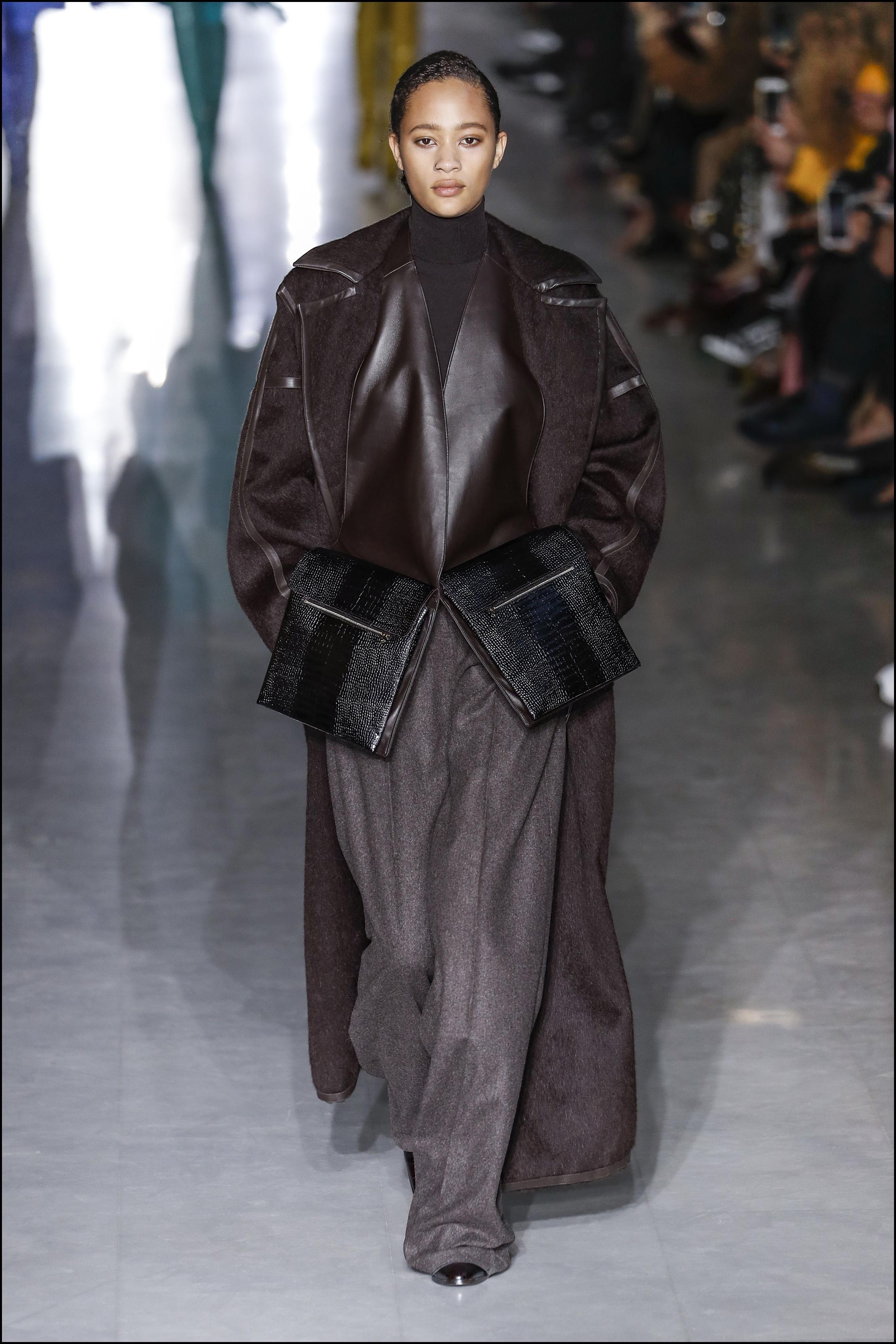 Tapados oversize y pantalones anchos se combinaron con riñoneras que parecían grandes bolsillos.