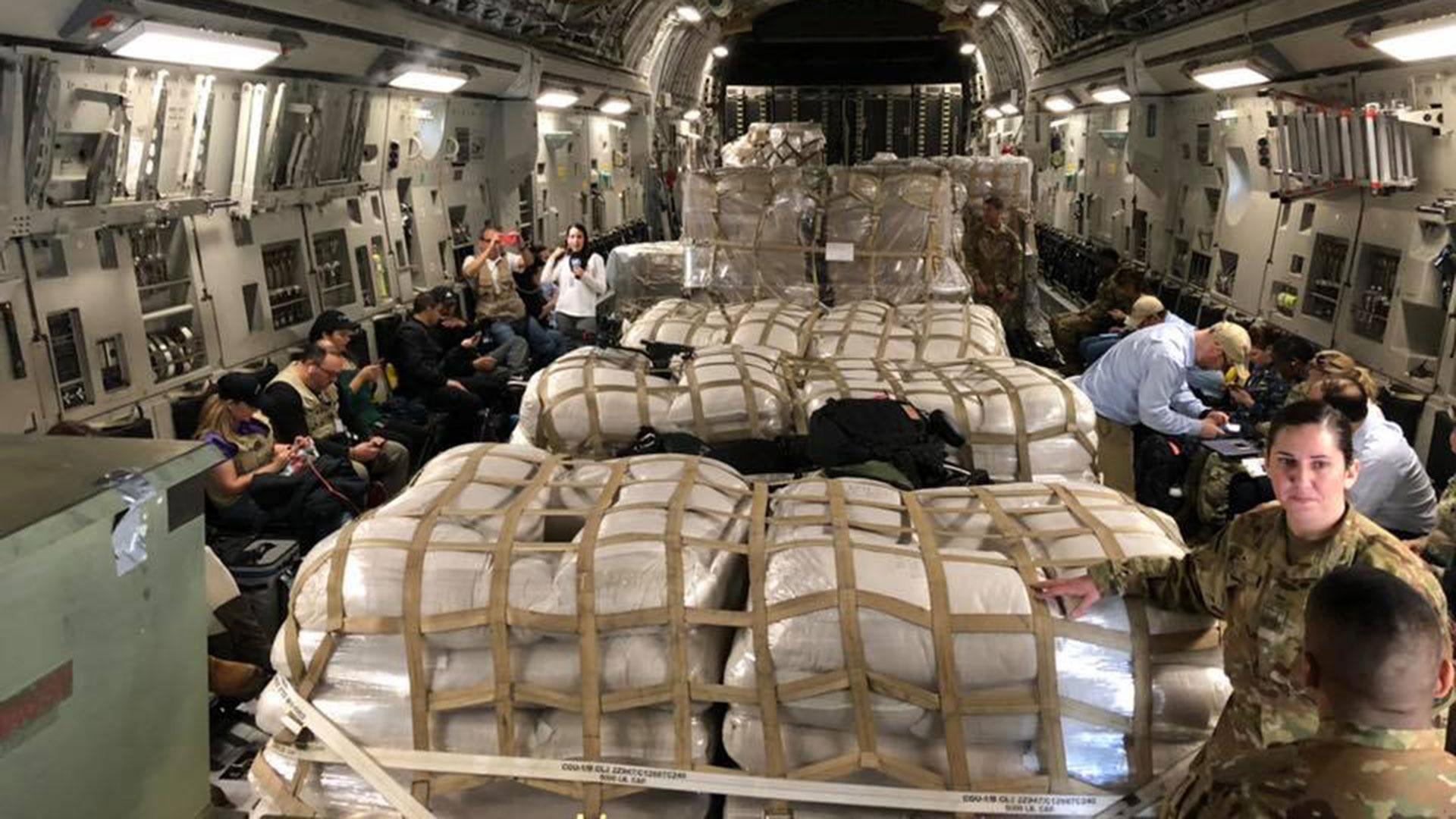 El interior de uno de los dos aviones militares que EEUU envió este viernes 22 de febrero a la frontera entre Venezuela y Colombia con más ayuda humanitaria