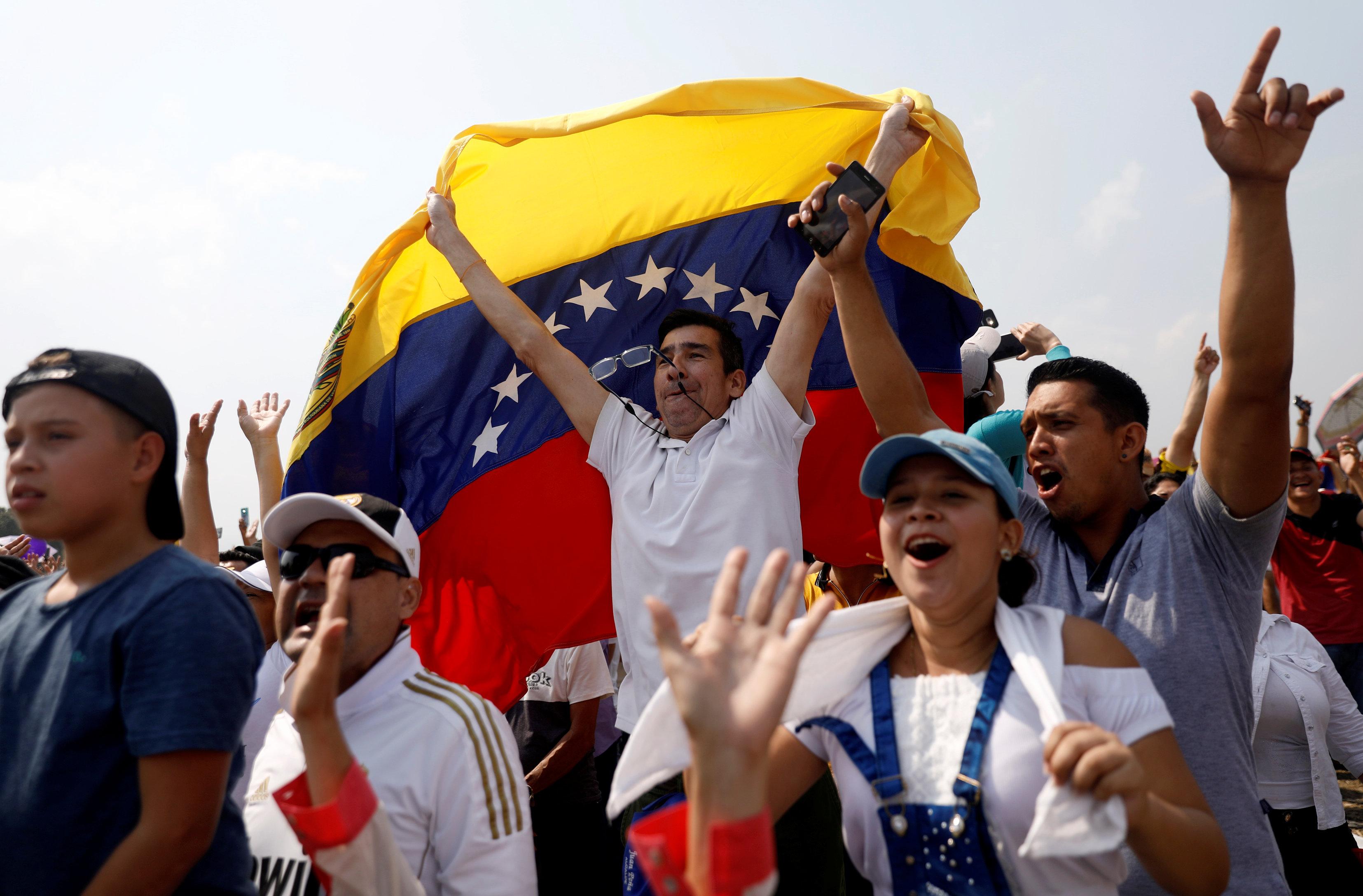 Un hombre con la bandera de Venezuela. (Reuters)