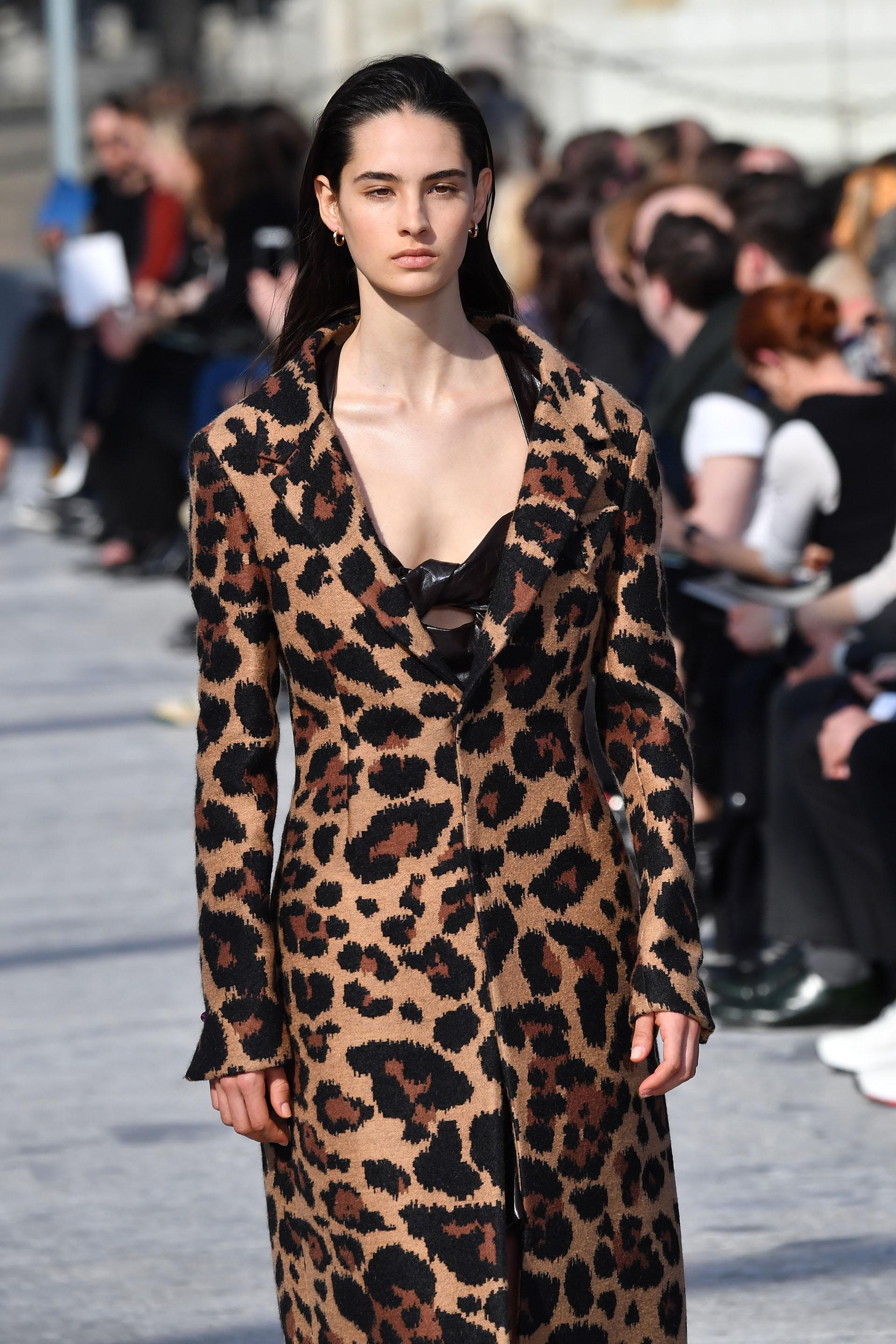 Print leopardo en Milán: Bottega Veneta presentó un maxi tapado de animal print de leopardo (Photo by Andreas SOLARO / AFP)