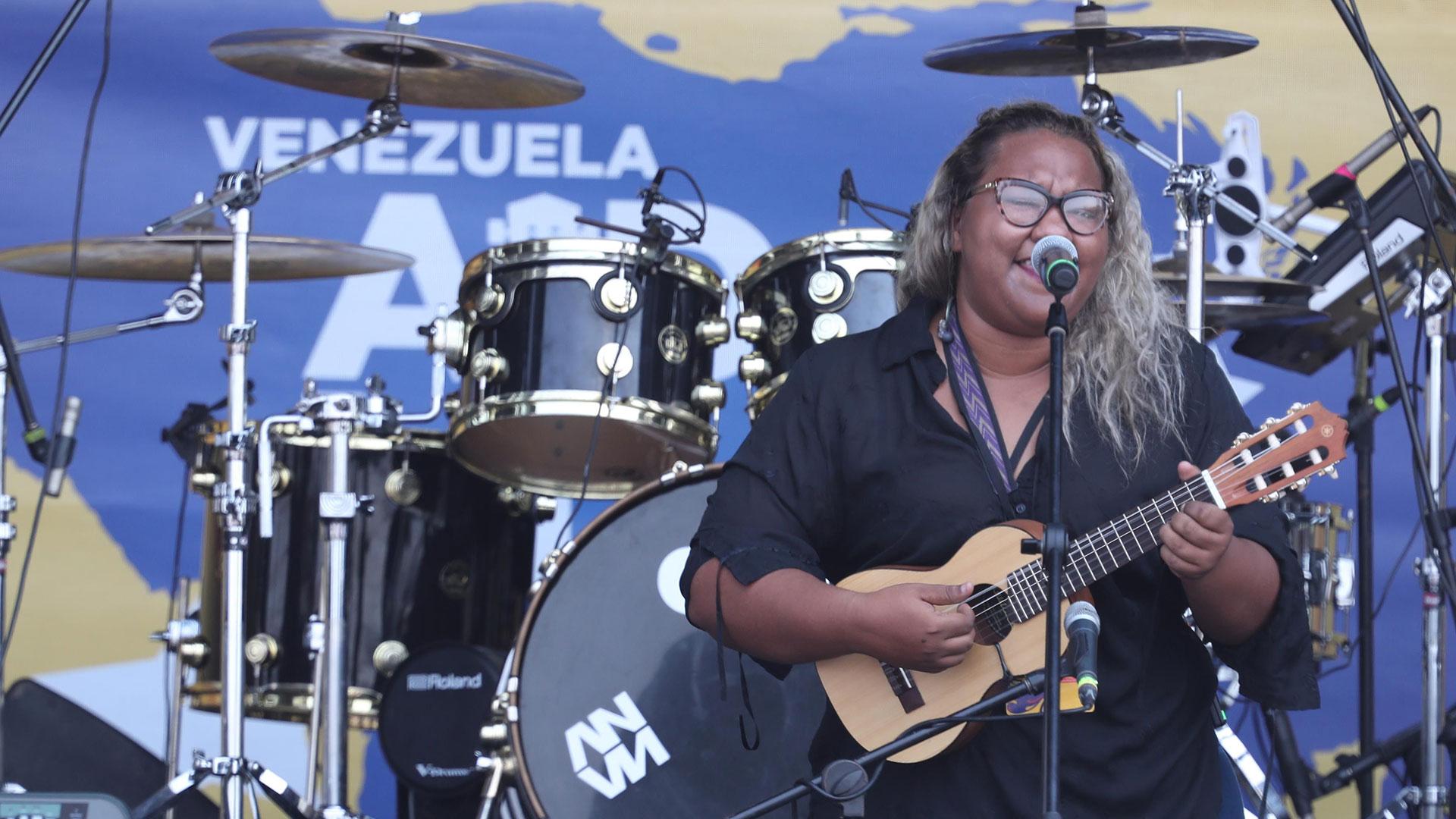 """Reymar Perdomo, quien se hizo viral en redes sociales por cantar la canción """"Me fui"""" sobre su experiencia como migrante, abrió el concierto Venezuela Aid Live este viernes 22 de febrero en Cúcuta, en la frontera colombiana con Venezuela."""