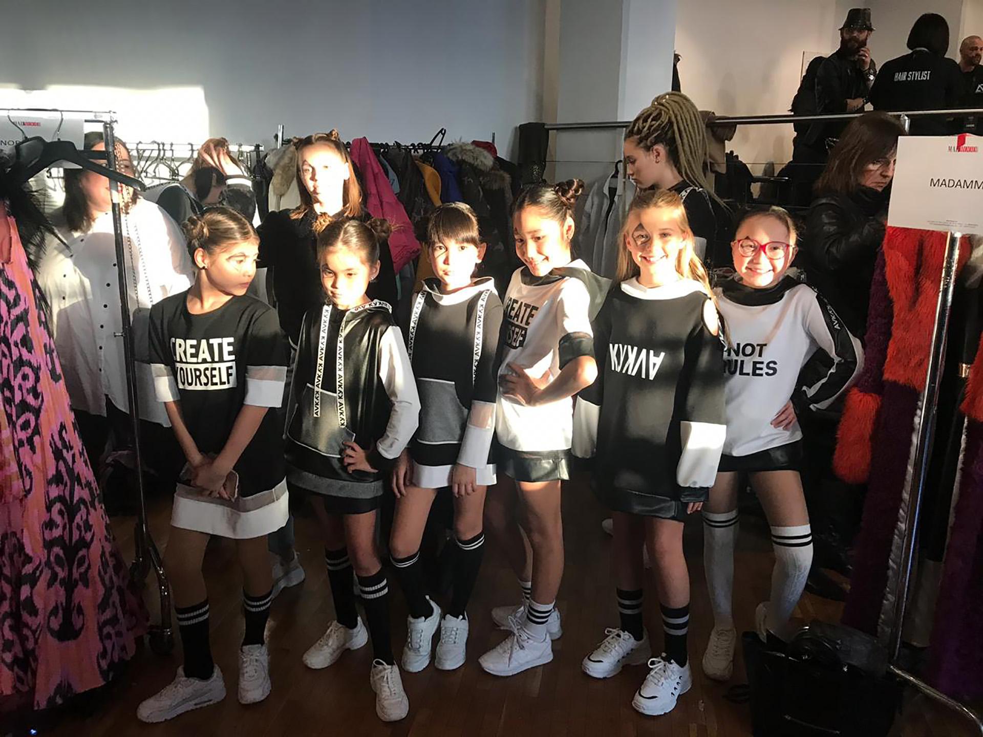 Las modelos teens en el ensayo previo a salir a la pasarela del convocante evento en Italia