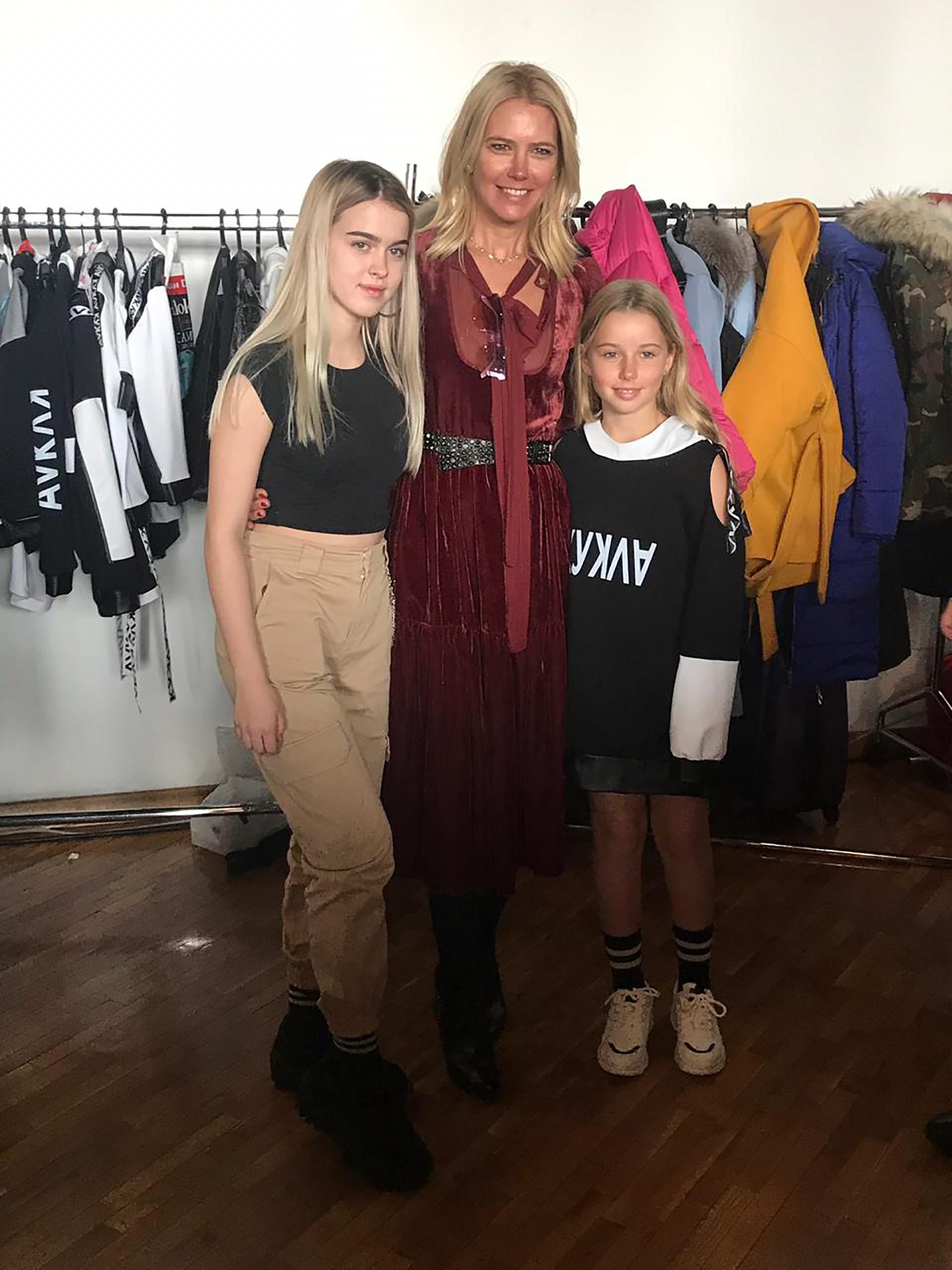 Minutos antes de salir a escena, acompañada por su madre y la diseñadora de la marca