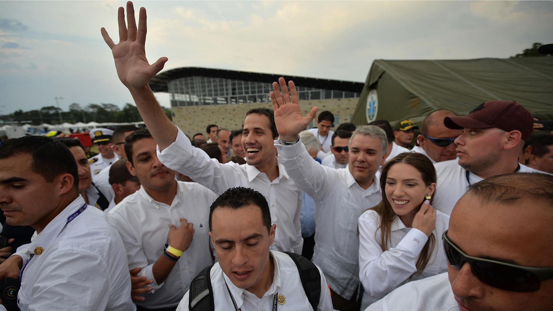 Juan Guaidó junto a Iván Duque, llegando al concierto Venezuela Aid Live (AFP)
