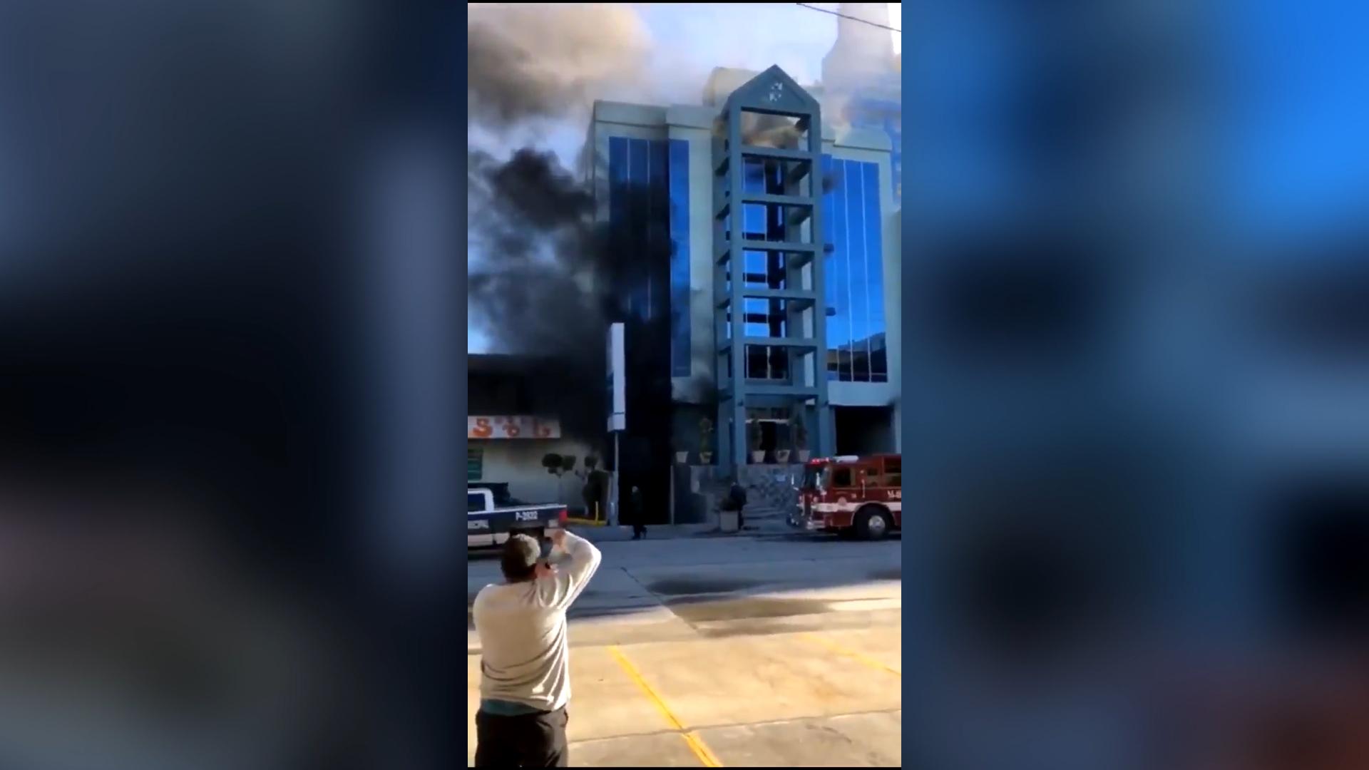 Otros dos empledos resultaron con afectaciones por inhalación de humo (Captura de pantalla)