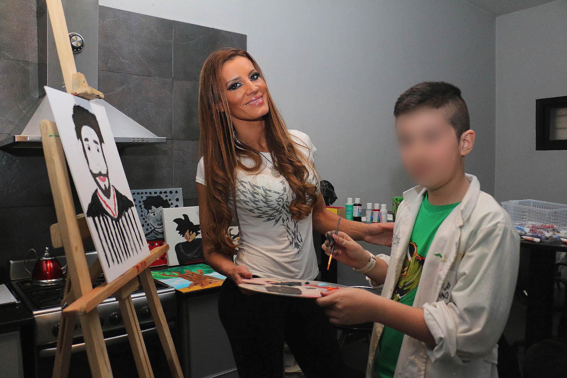 Natacha Jaitt con su hijo Valentino en una producción de fotos (Crédito: Verónica Guerman/Teleshow)