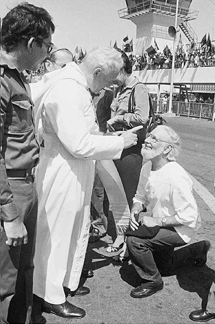 La histórica imagen de Juan Pablo II, en el aeropuerto de Managua, cuando reprende a Ernesto Cardenal. (Foto: Cortesía La Prensa)