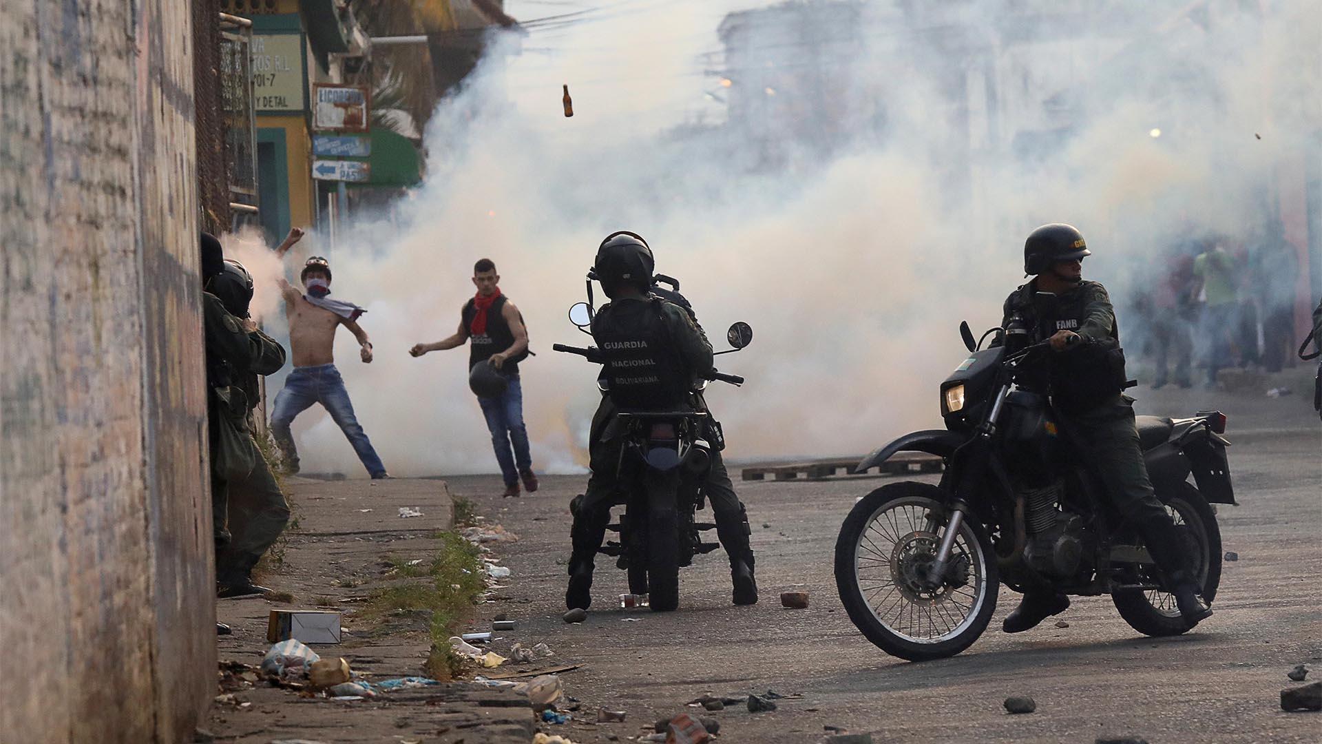 Los venezolanos chocaron con las fuerzas chavistas en la frontera con Colombia (Reuters)