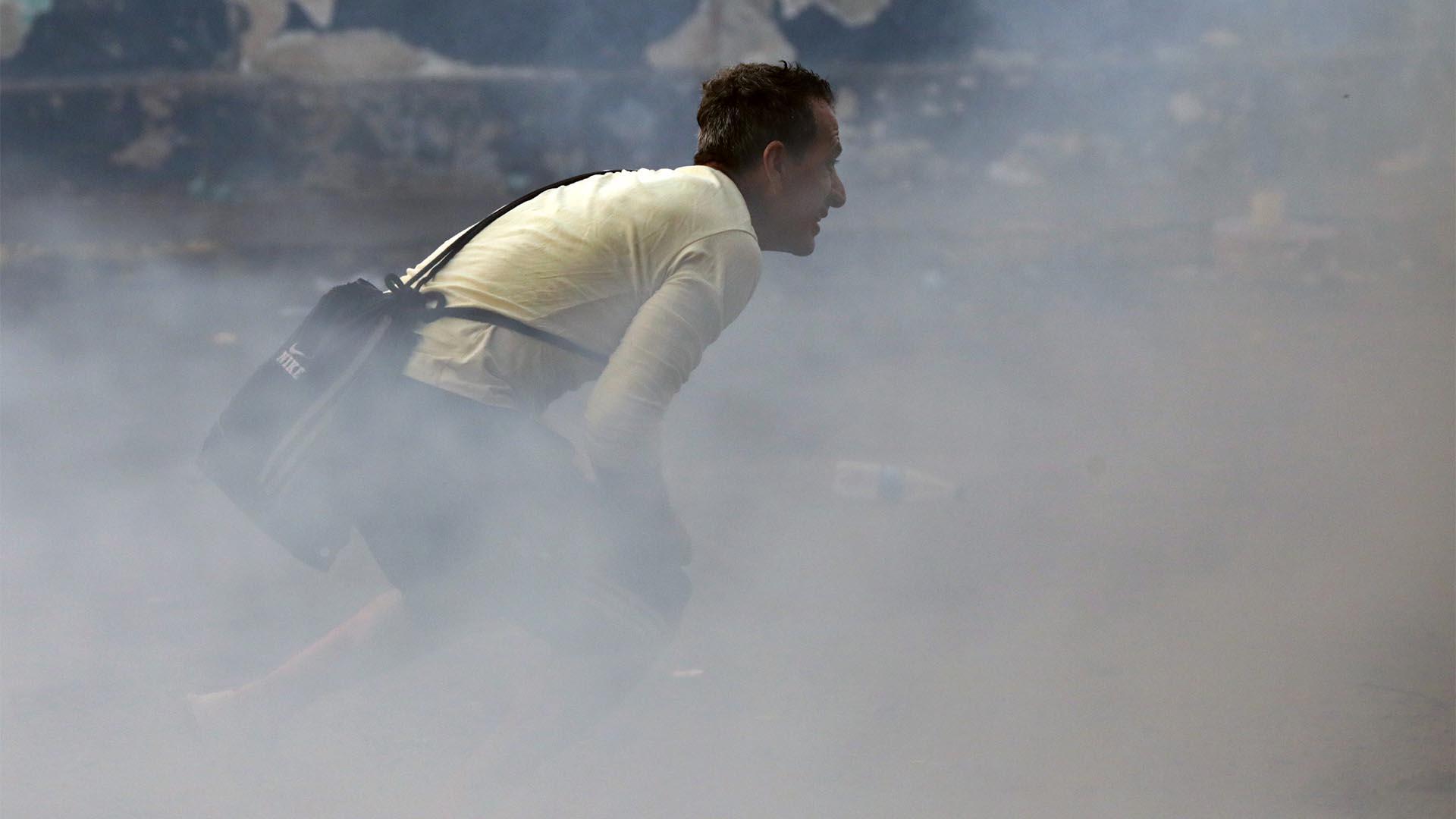 Un activista observa mientras se enfrenta a las fuerzas de seguridad en Ureña (Reuters)