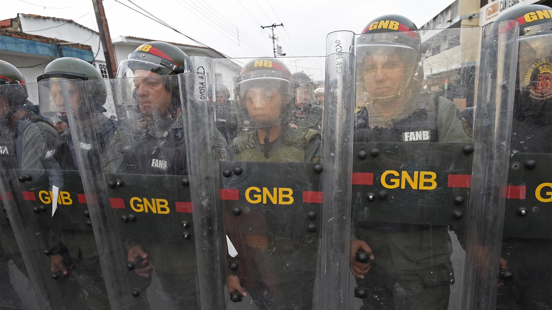 Las fuerzas de seguridad venezolanas montan guardia en la ciudad fronteriza de Ureña después de que el gobierno de Maduro ordenara el cierre temporal de la frontera con Colombia (AFP)