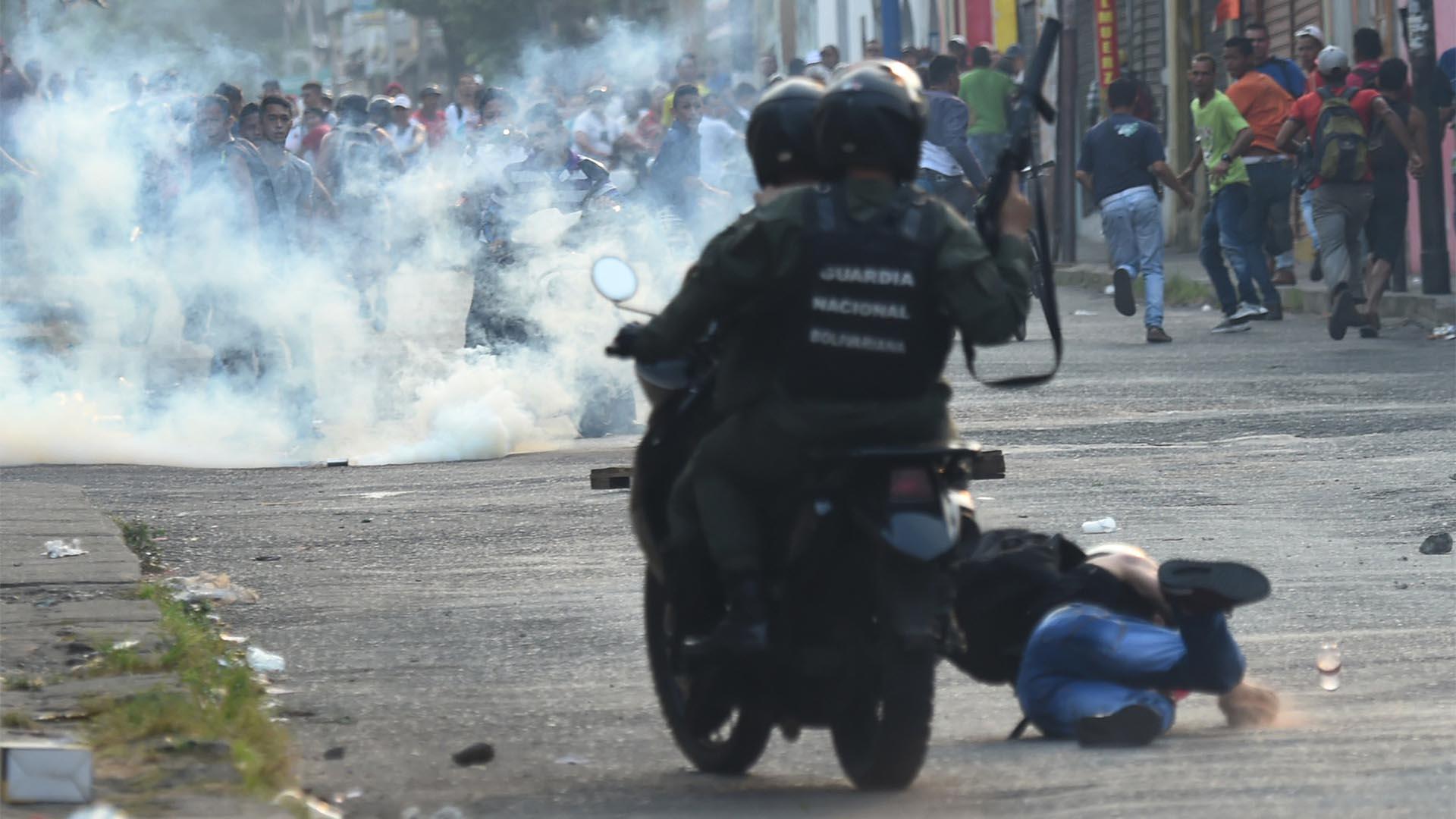 Guardias nacionales venezolanos chocan con manifestantes en la ciudad fronteriza de Ureña después de que el gobierno de Maduro ordenara cerrar temporalmente la frontera con Colombia (AFP)