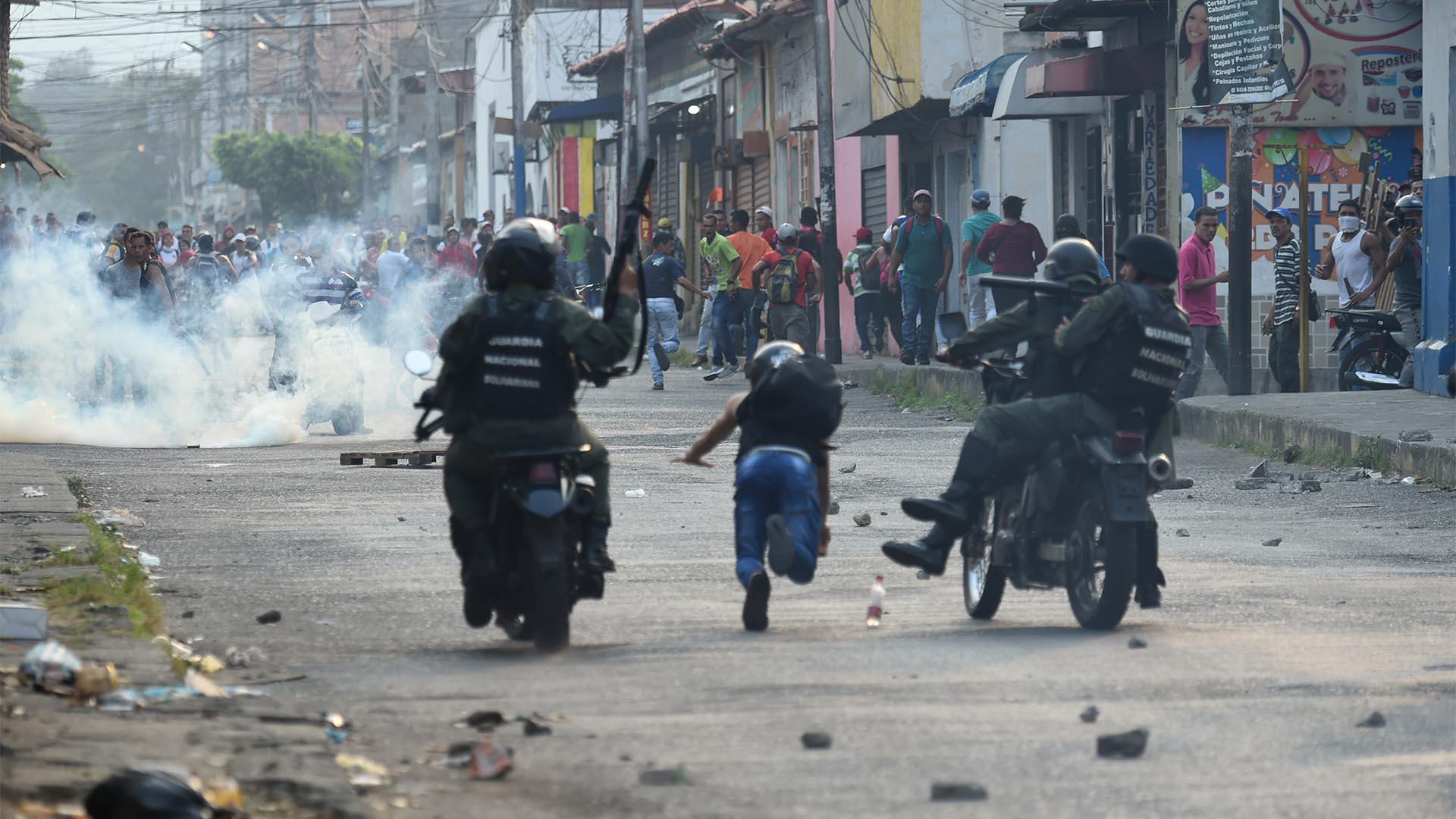 Guardias nacionales venezolanos chocan con manifestantes en la ciudad fronteriza de Ureña después de que el gobierno de Maduro ordenara cerrar temporalmente la frontera con Colombia este 23 de febrero de 2019 (AFP)