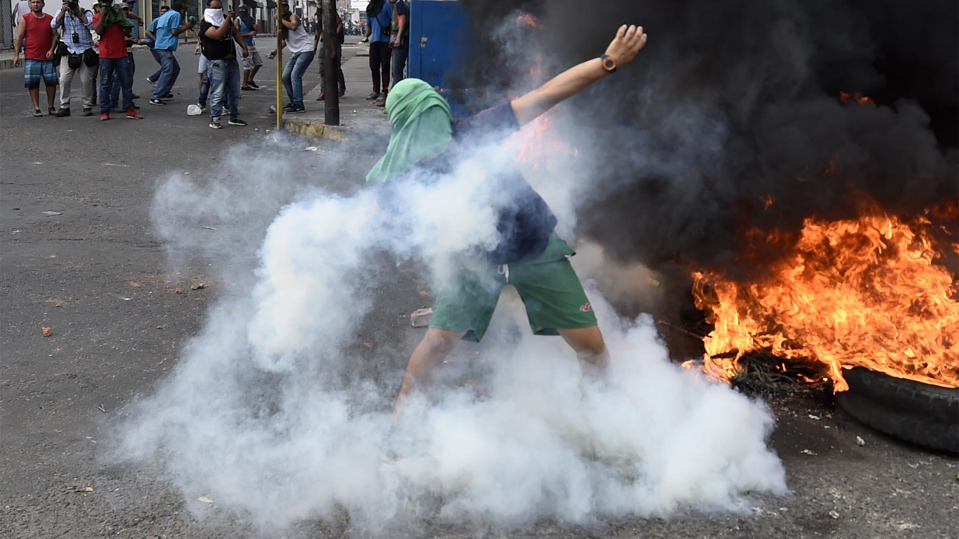 La violencia se apoderó de las calles de la ciudad venezolana de Ureño luego de que Nicolás Maduro cerrara la frontera con Cúcuta, en Colombia, desde donde llegaría la ayuda humanitaria (AFP)