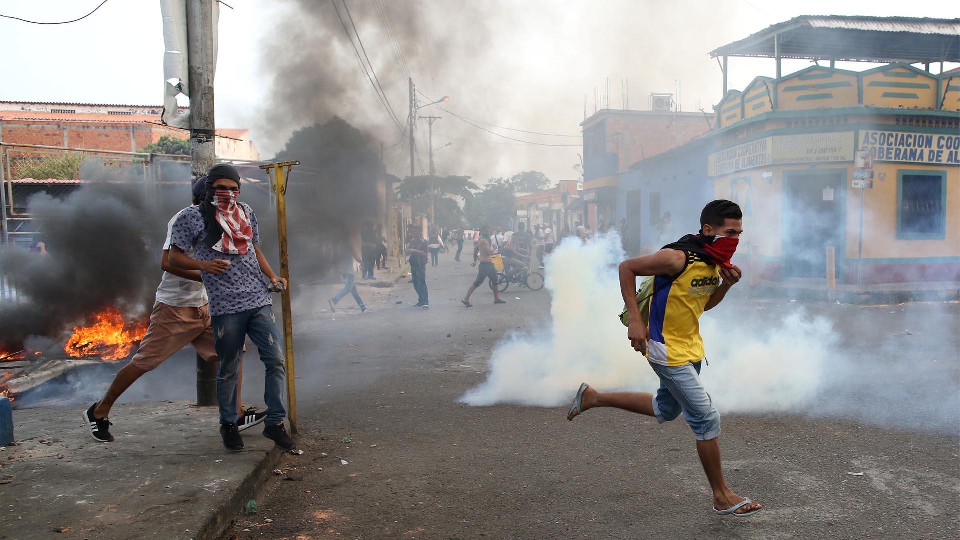 Manifestantes se enfrentan a las fuerzas de seguridad de Venezuela en Ureña (Reuters)