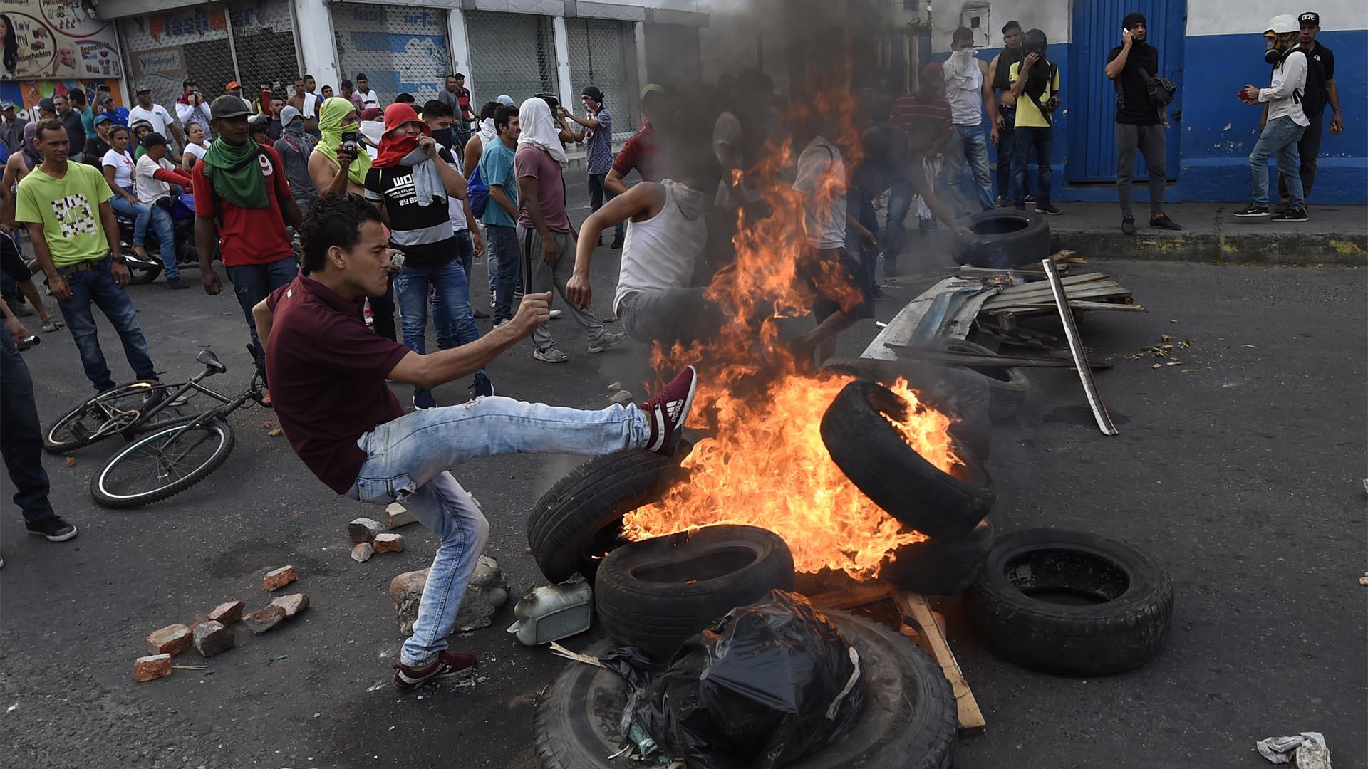 Los venezolanos intentan traspasar los puntos de seguridad impuestos por el régimen de Nicolás maduro (AFP)