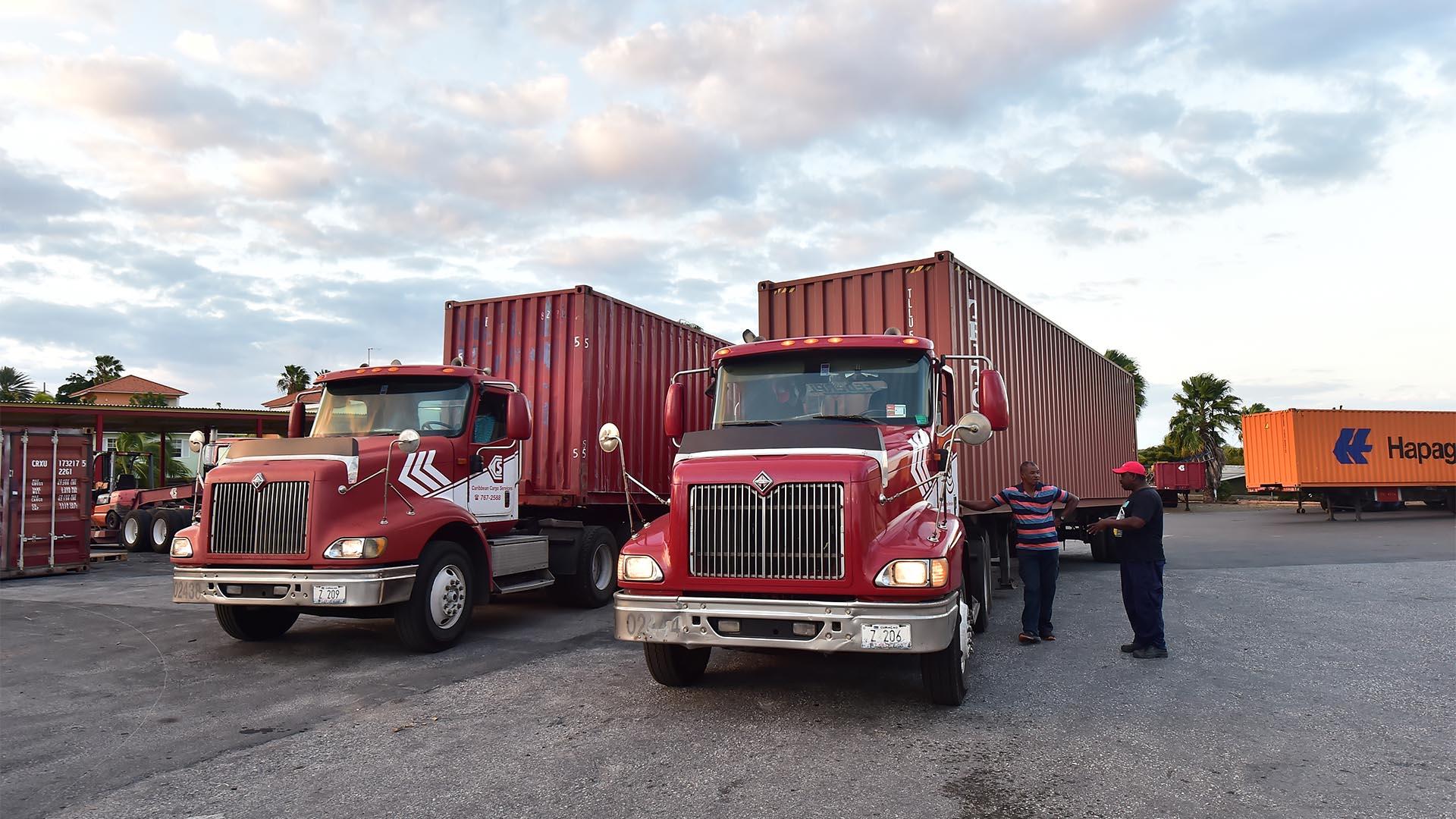 Vista de camiones que transportaban parte de la ayuda humanitaria a Venezuela, varados en el puerto de Willemstad, Curazao, Antillas Holandesas (AFP)