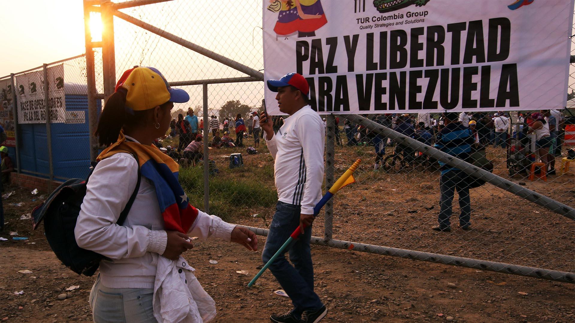Ciudadanos venezolanos se reúnen cerca del puente internacional Tienditas este sábado, en Cúcuta, Colombia (EFE)