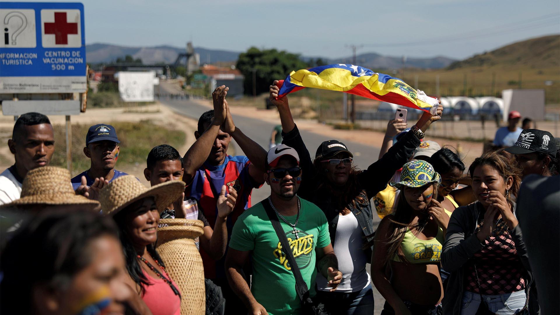 La gente se reúne en la frontera entre Venezuela y Brasil en Pacaraima, estado de Roraima, Brasil (Reuters)