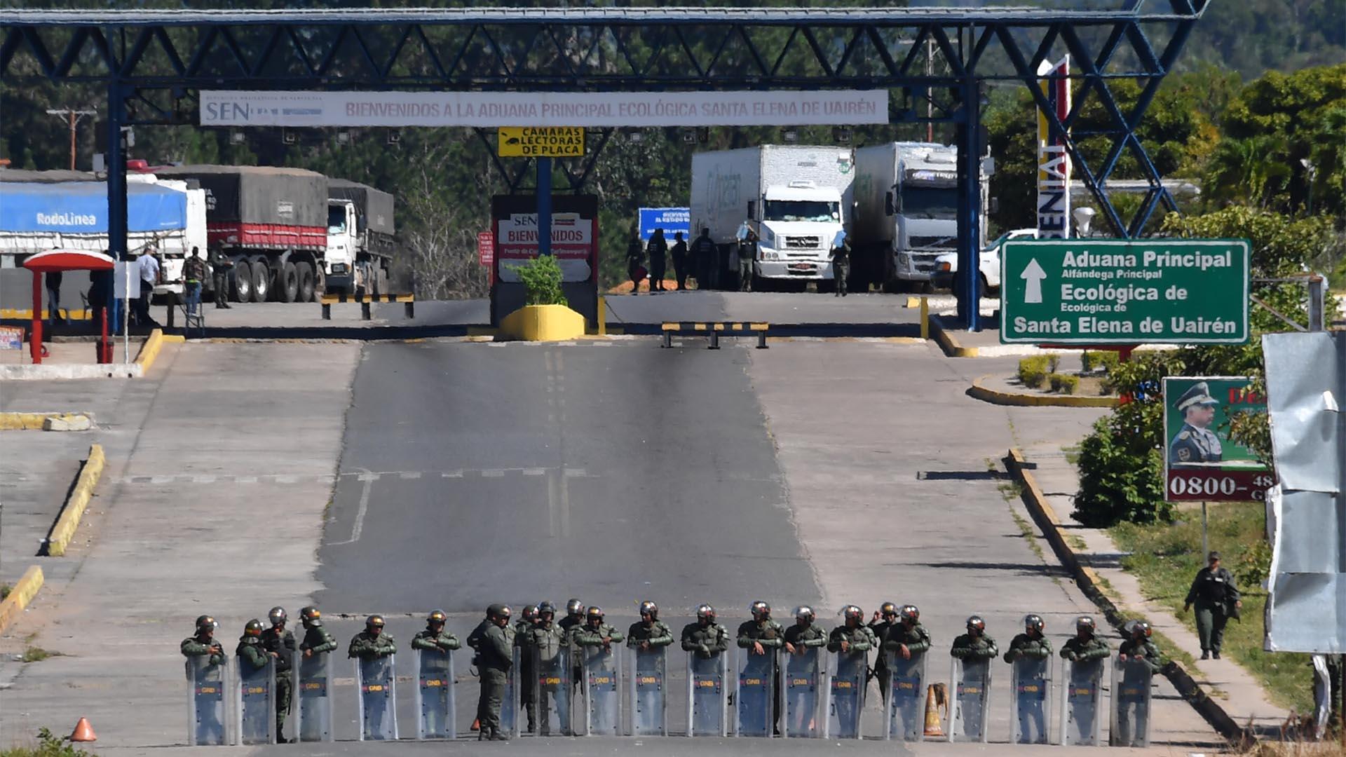 La policía antidisturbios de Brasil está de guardia en la frontera con Venezuela, en Pacaraima, estado de Roraima, Brasil (AFP)