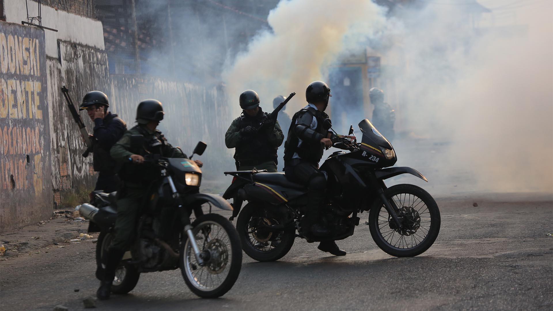 La Guardia Nacional actuó con la colaboración de los colectivos chavistas(AP Photo/Rodrigo And)