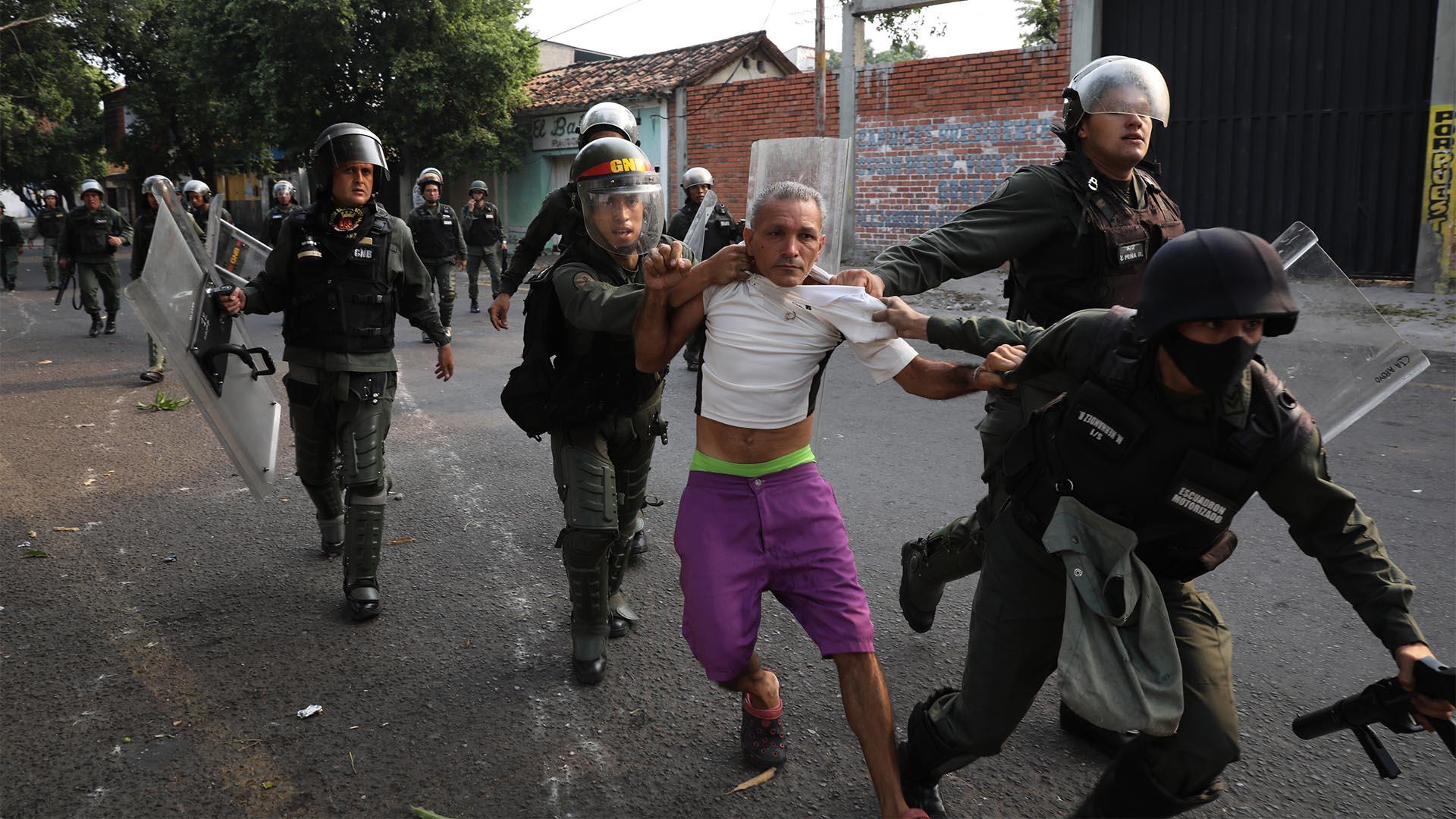 Un hombre está detenido durante los enfrentamientos con la Guardia Nacional Bolivariana en Ureña, Venezuela (AP)