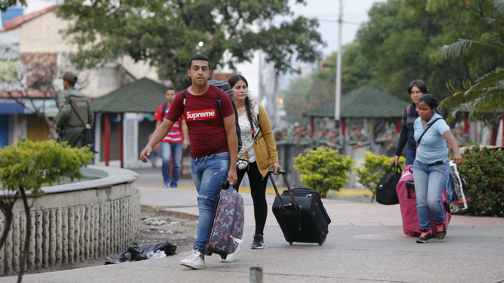 La gente regresa del puente Internacional Simón Bolívar a San Antonio después de que el paso fronterizo fuera cerrado por los oficiales de la Guardia Nacional Bolivariana de Venezuela en San Antonio, Venezuela (AP)