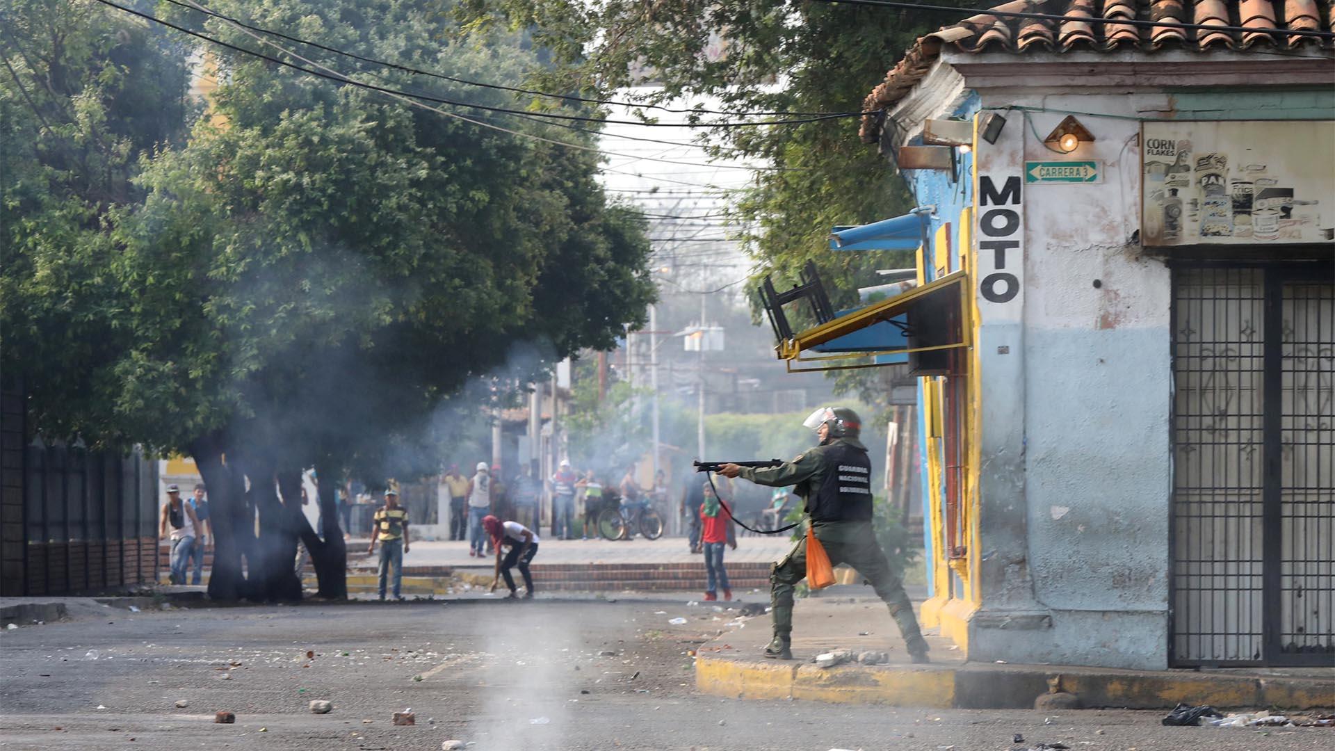 Un agente de la Guardia Nacional reprime a la población en Ureña (REUTERS/Andres Martinez Casares)