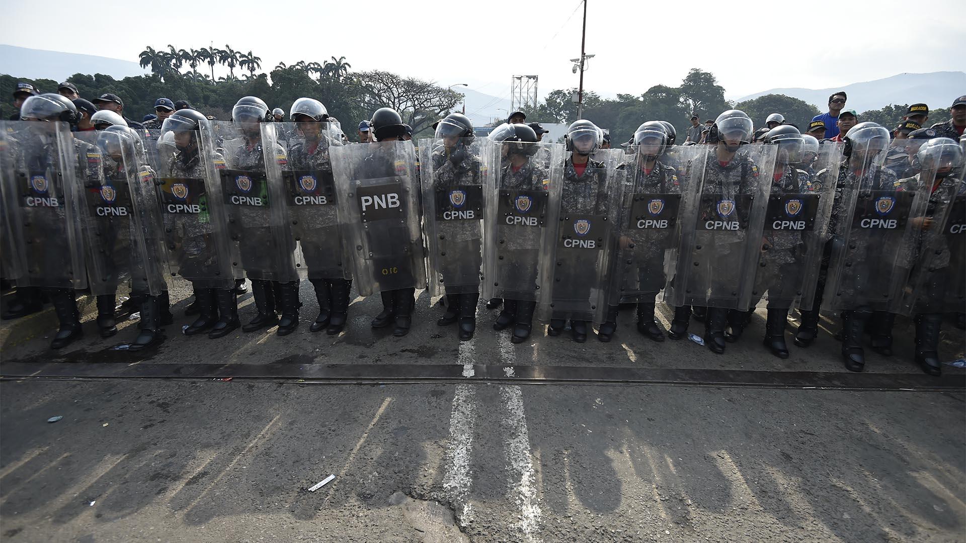 Policías nacionales venezolanos montan guardia en el puente Simón Bolívar, en Cúcuta (AFP)