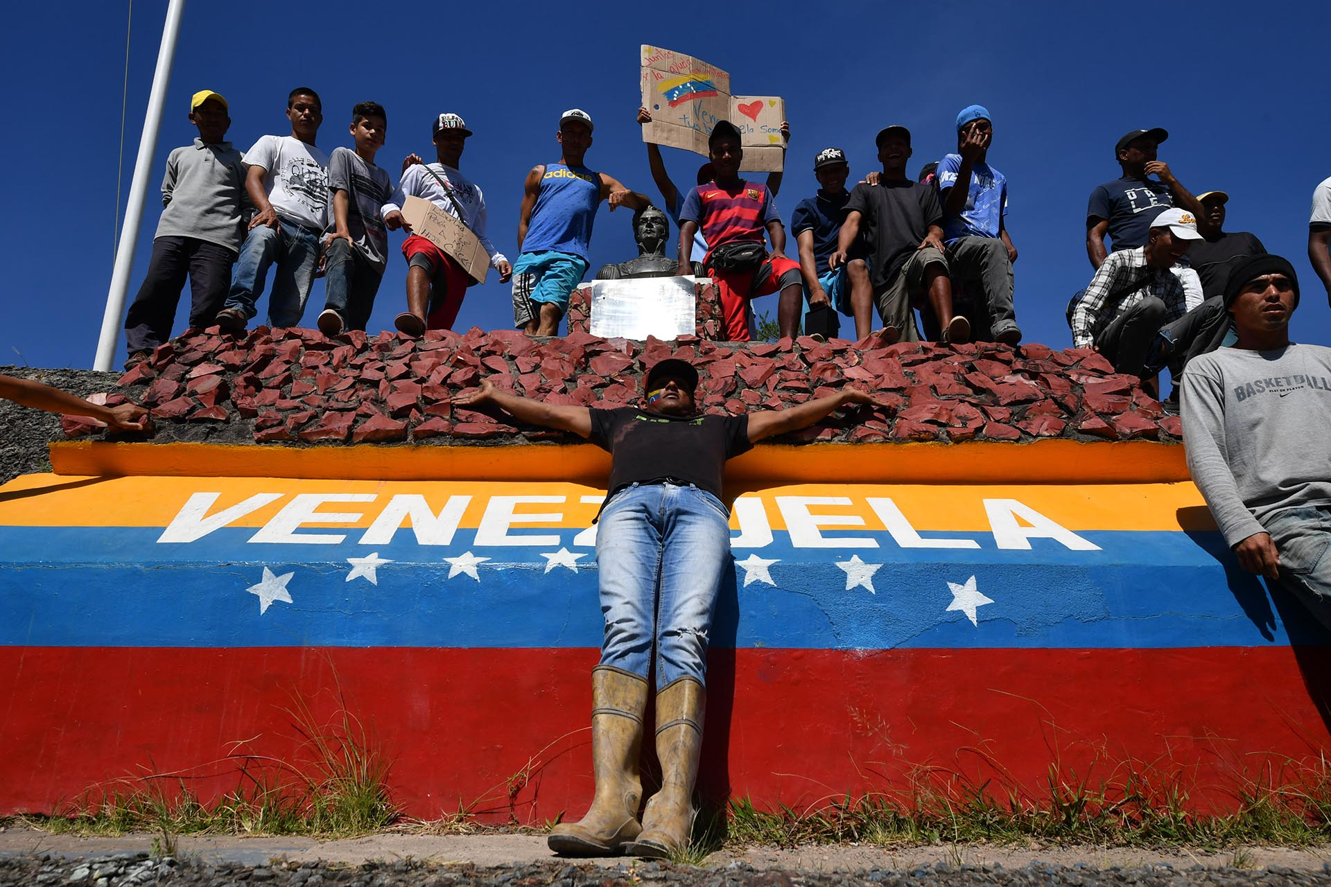 El 23 de febrero de 2019, la gente se encuentra en la frontera entre Brasil y Venezuela en Pacaraima, estado de Roraima, Brasil (AFP)