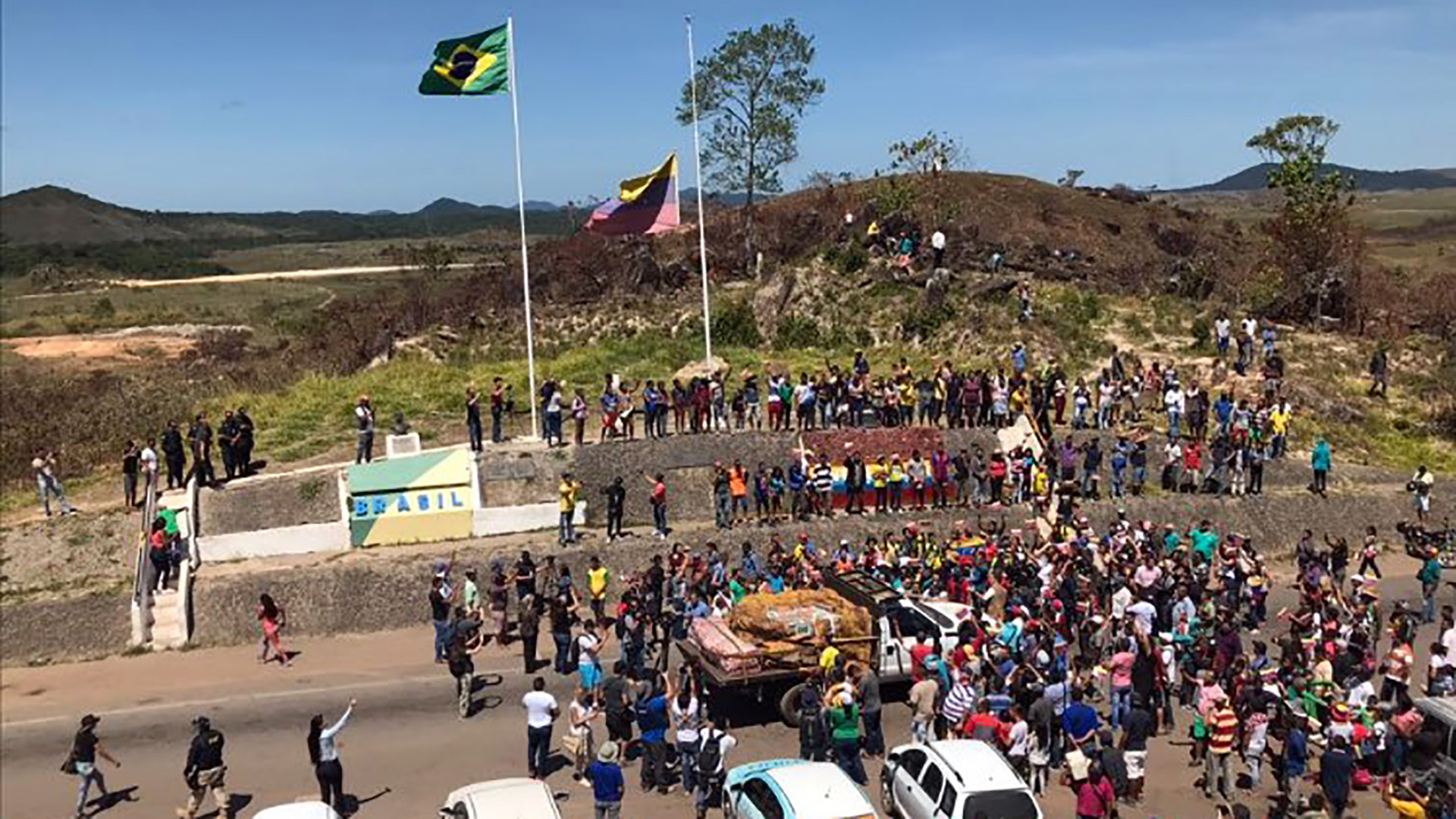 El primer envío de ayuda humanitaria ingresa por Acaraima, en la frontera entre Venezuela y Brasil (@ConflictsW)