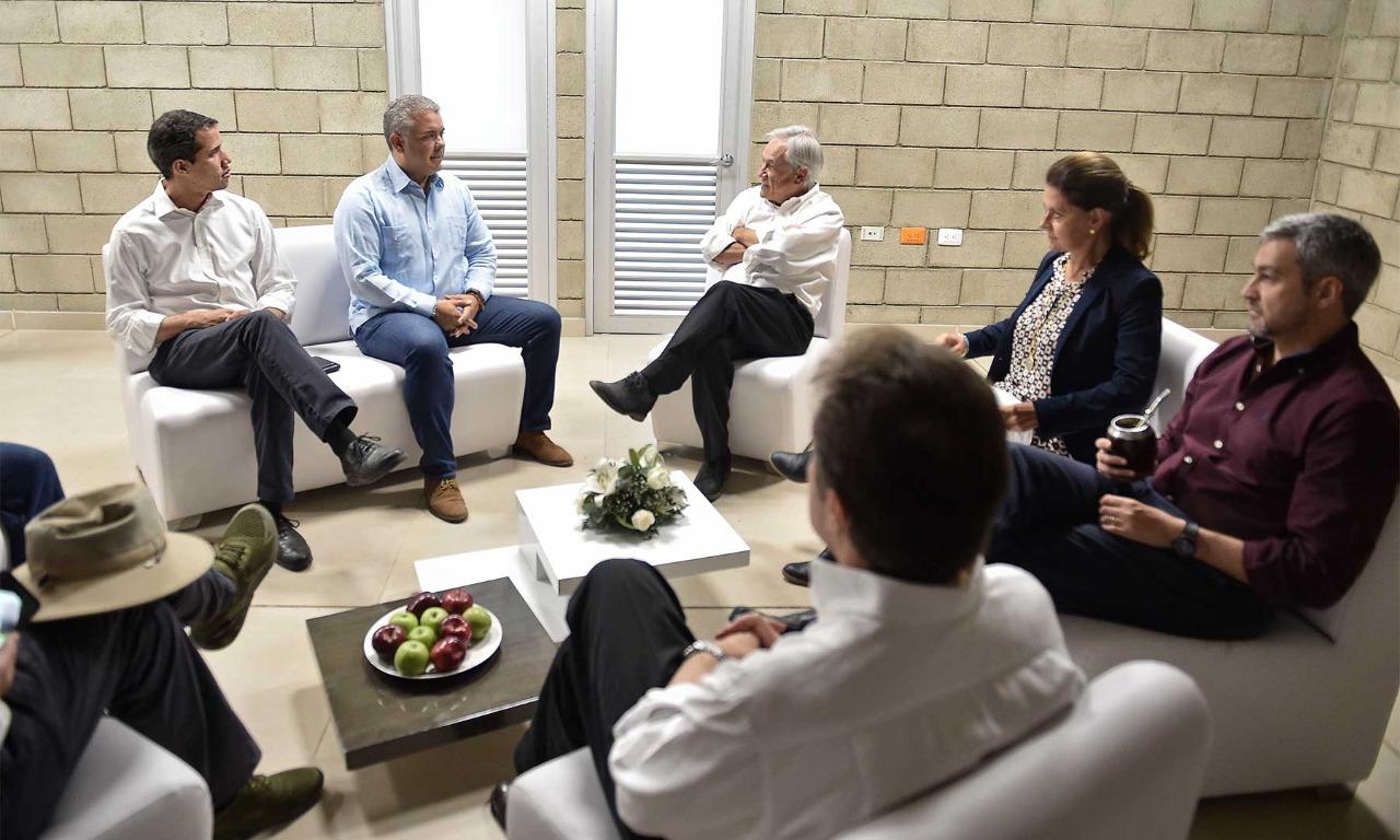 En el Puesto de Mando Unificado (PMU) en Cúcuta, El Presidente Duque, EL Presidente interino de Venezuela , los Mandatarios de Chile y Paraguay, así como la Vicepresidenta colombiana, dialogan sobre la entrega de ayuda humanitaria (Presidencia Colombia)