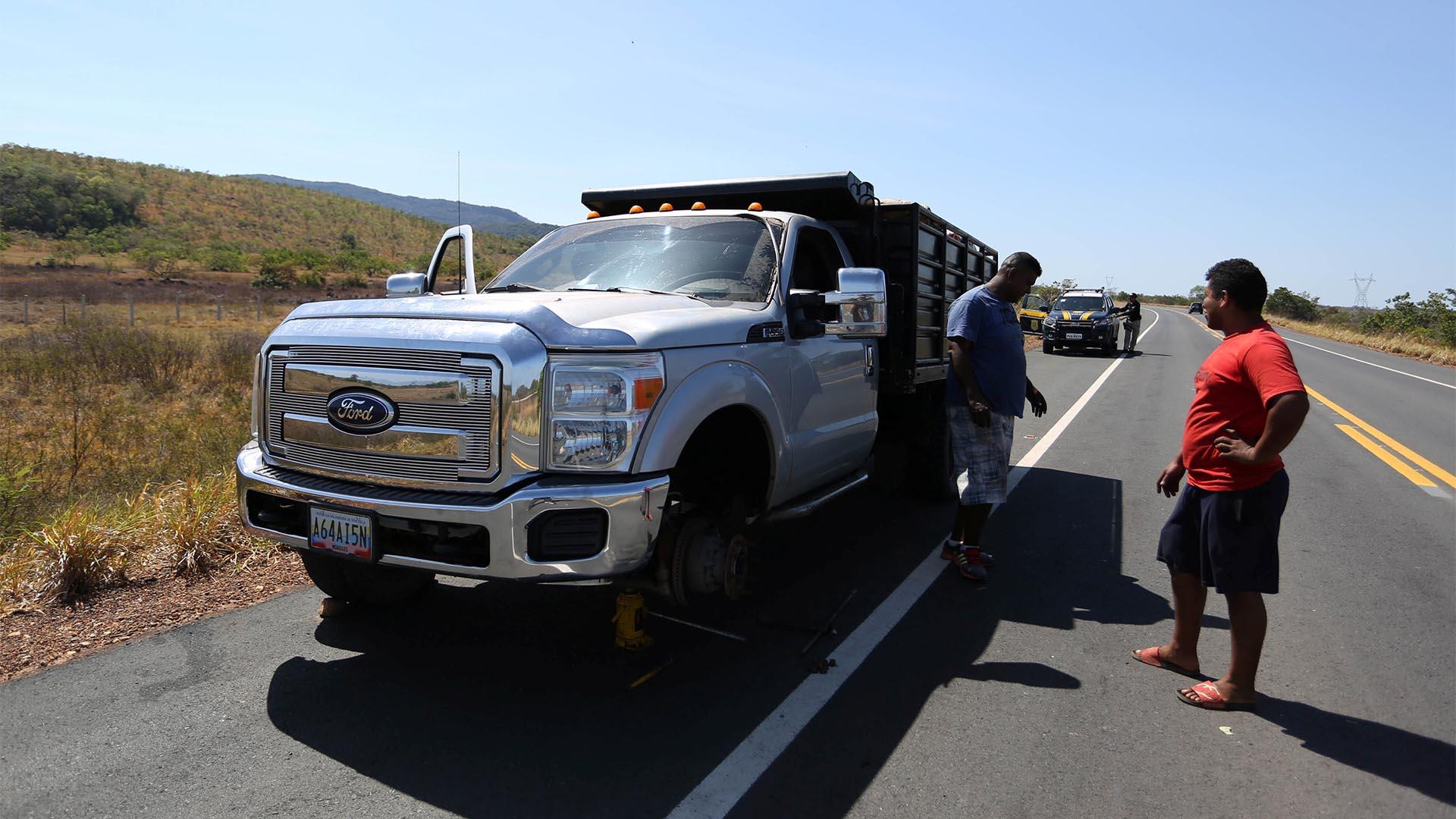 Un camión con ayuda humanitaria a Venezuela se ve descompuesto en el camino a la frontera Brasil-Venezuela en Pacaraima, estado de Roraima (Reuters)