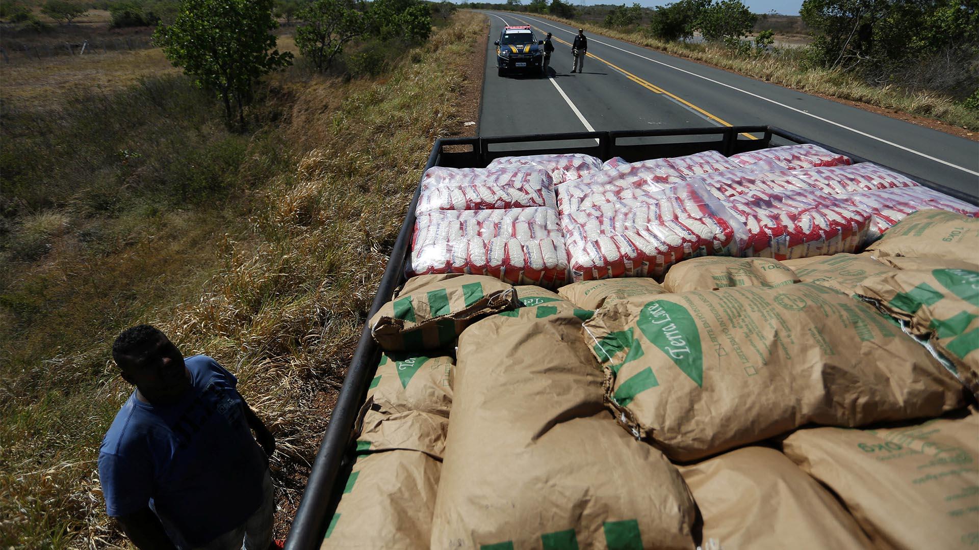 Desde Brasil ingresó el primero de los camiones con ayuda humanitaria (Reuters)