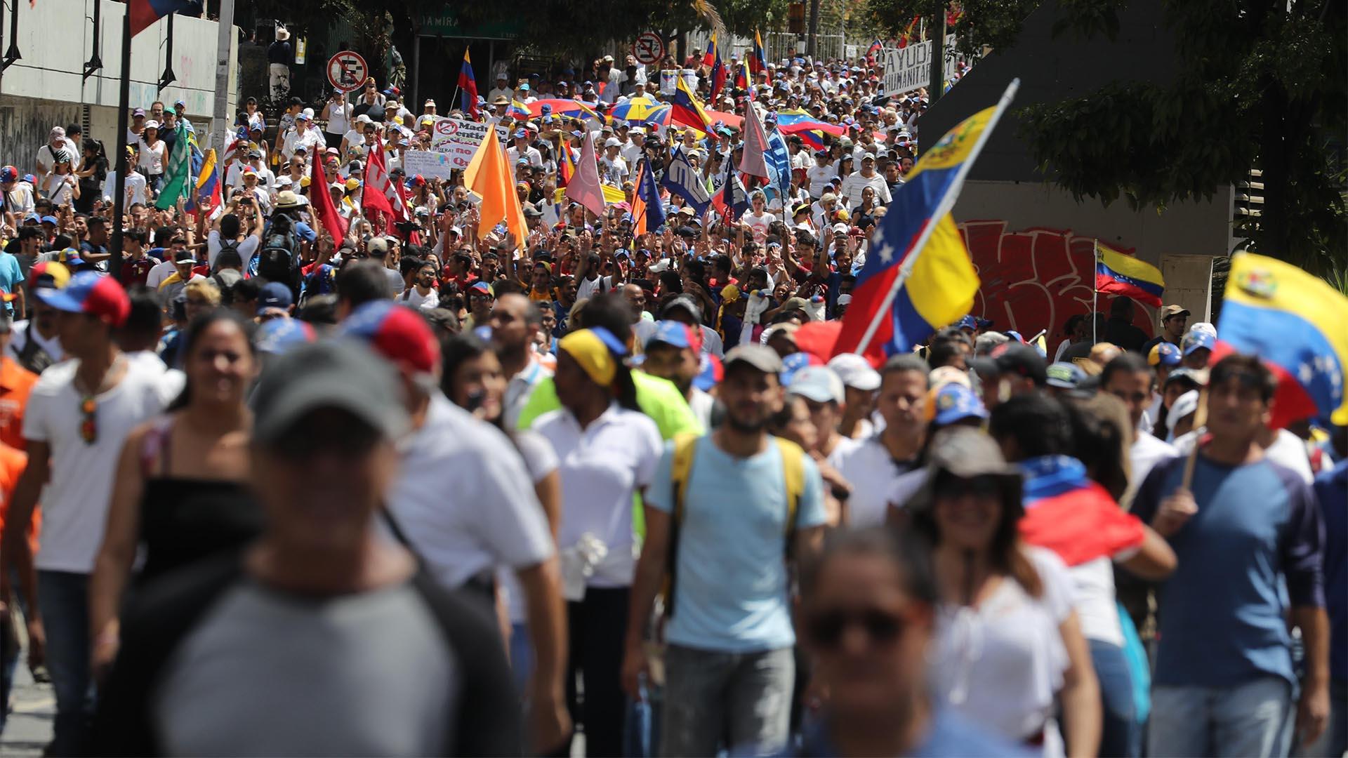 Miles de personas participan el sábado 23 de febrero en una manifestación a favor del ingreso de ayuda humanitaria a Venezuela hasta que el régimen comenzó a reprimir