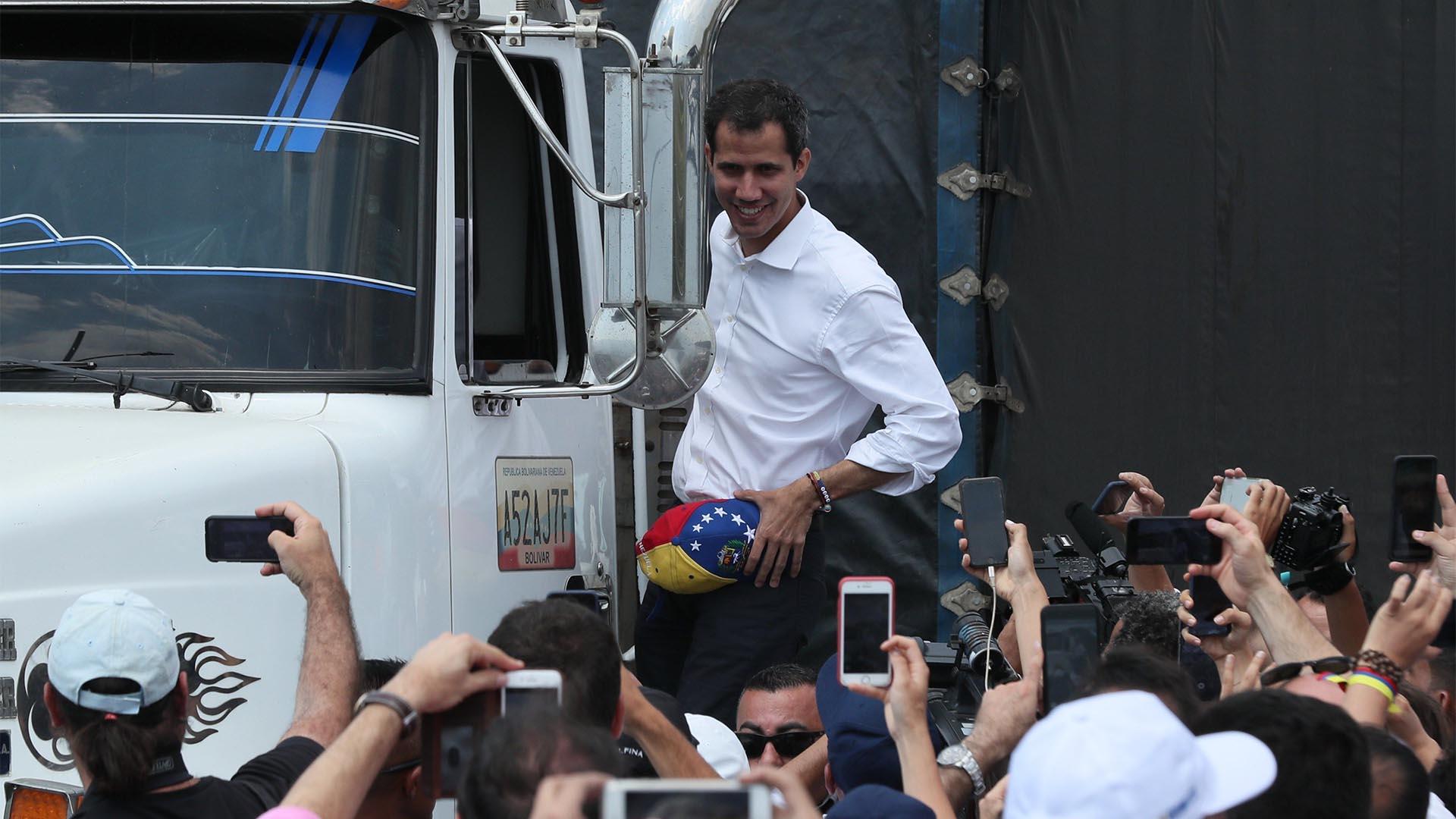 El presidente Juan Guaidó, que se proclamó mandatario encargado de su país, saluda este sábado desde un camión, en Cúcuta, Colombia (EFE)