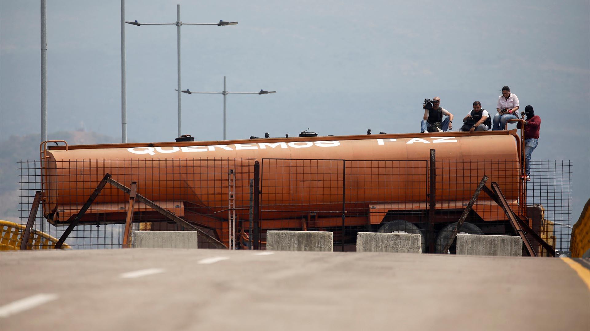 Un remolque cisterna bloquea el puente Tienditas en la frontera entre Colombia y Venezuela se ve desde las afueras de Cúcuta (Reuters)