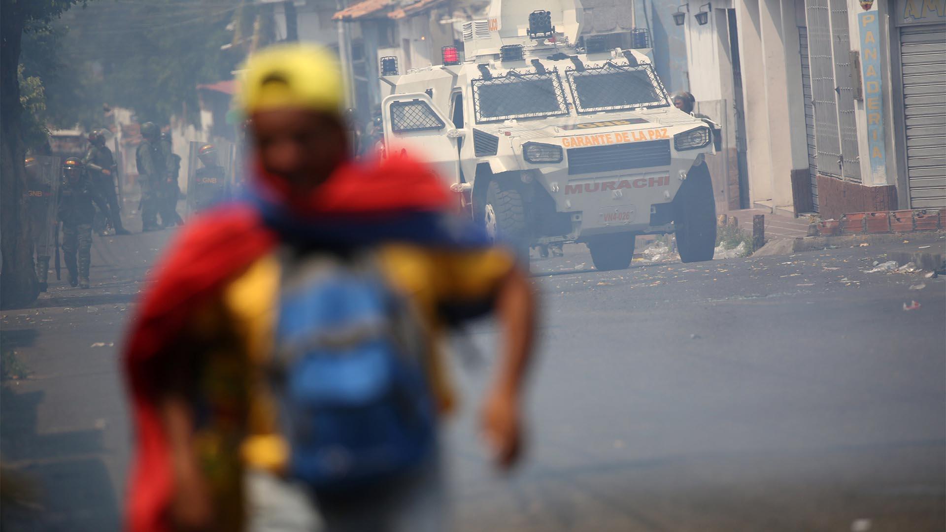 Un manifestante huye mientras las fuerzas de seguridad venezolanas toman posiciones en Ureña, Venezuela(Reuters)