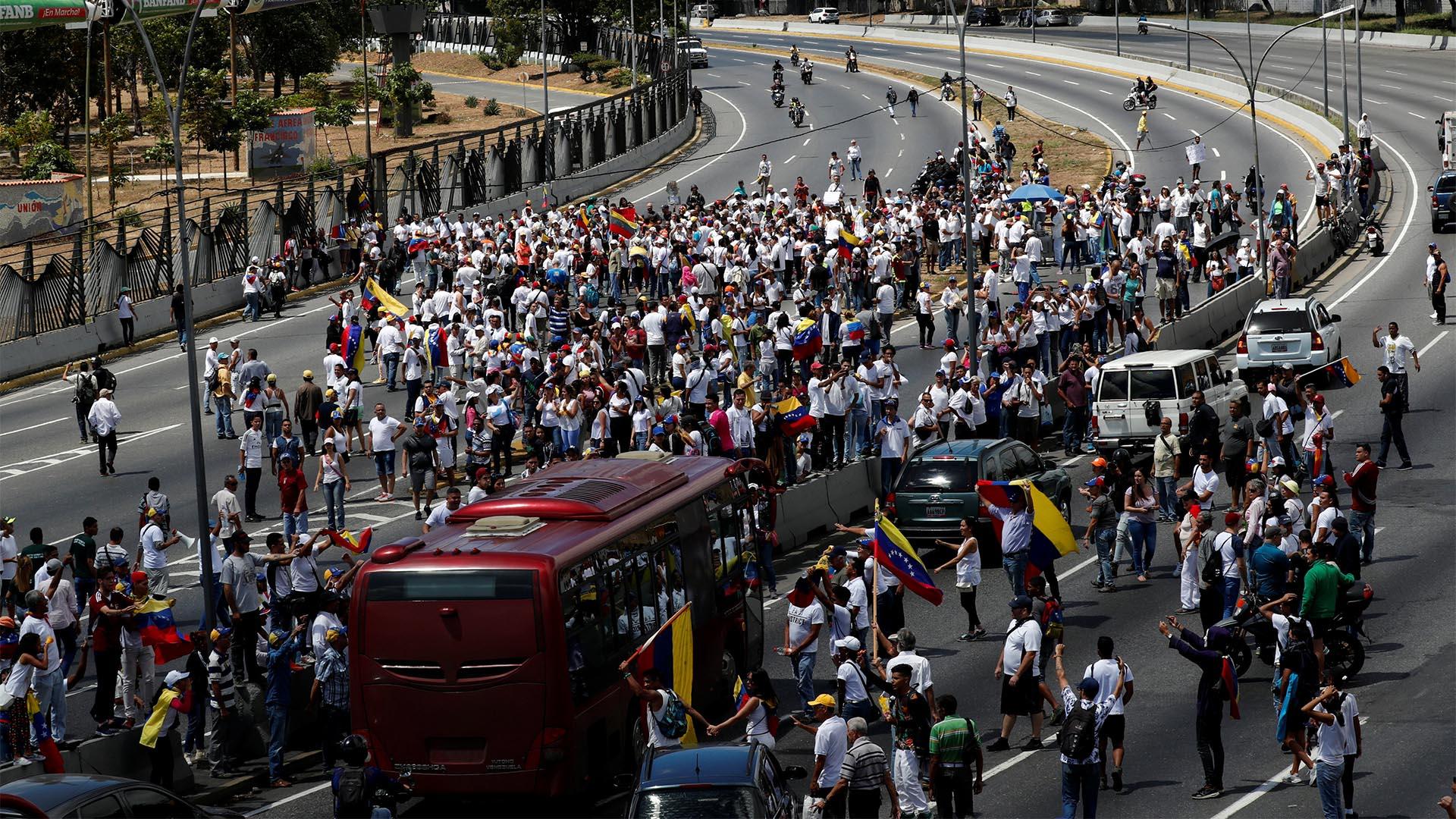 Los partidarios del líder opositor venezolano Juan Guaidó participan en un mitin para exigir al presidente Nicolás Maduro que permita la entrada de ayuda humanitaria en Caracas, Venezuela (EFE)
