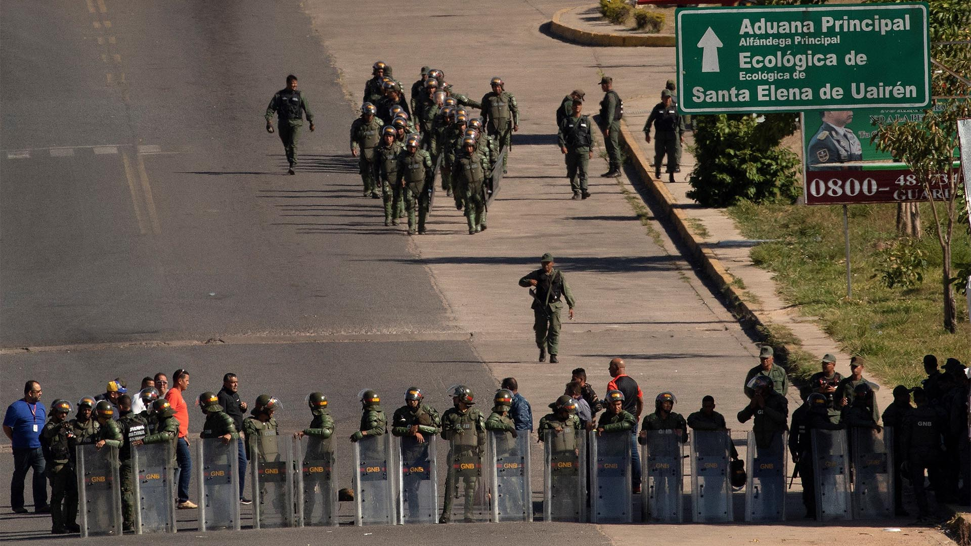 Miembros de la Guardia Nacional Bolivariana de Venezuela montan guardia este sábado en el paso fronterizo ubicado en la localidad de Pacaraima, en el límite fronterizo entre ambos países, cerrado desde el jueves por orden del Gobierno de Nicolás Maduro (EFE)