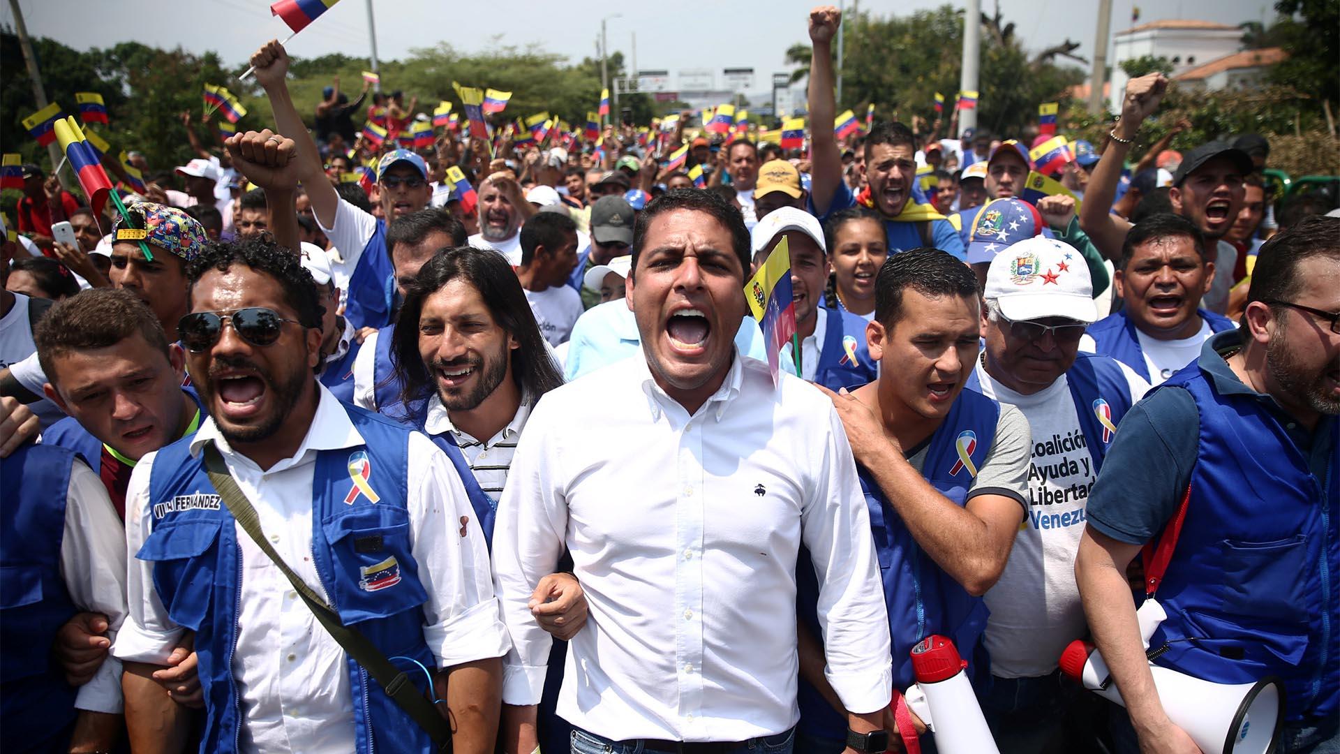 El legislador de la oposición de Venezuela, José Manuel Olivares, y sus partidarios, marchan hacia el puente Simón Bolívares en la frontera entre Colombia y Venezuela en las afueras de Cúcuta (Reuters)
