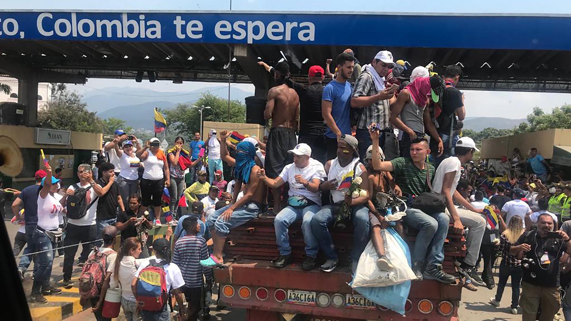 El ingreso de los camiones por Cúcuta a Venezuela. Infobae, en el interior de uno de los vehículos (Román Lejtman)