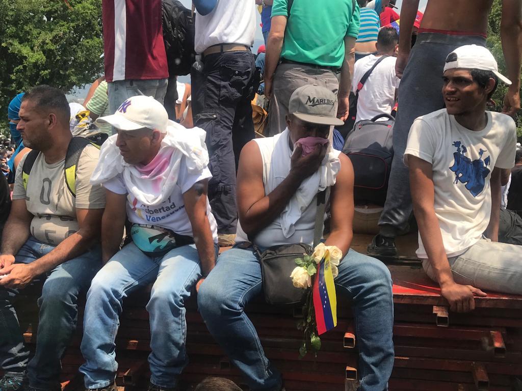 La Policía Bolivariana reprime con gases a los venezolanos que quieren cruzar la frontera con la ayuda humanitaria (Román Lejtman)