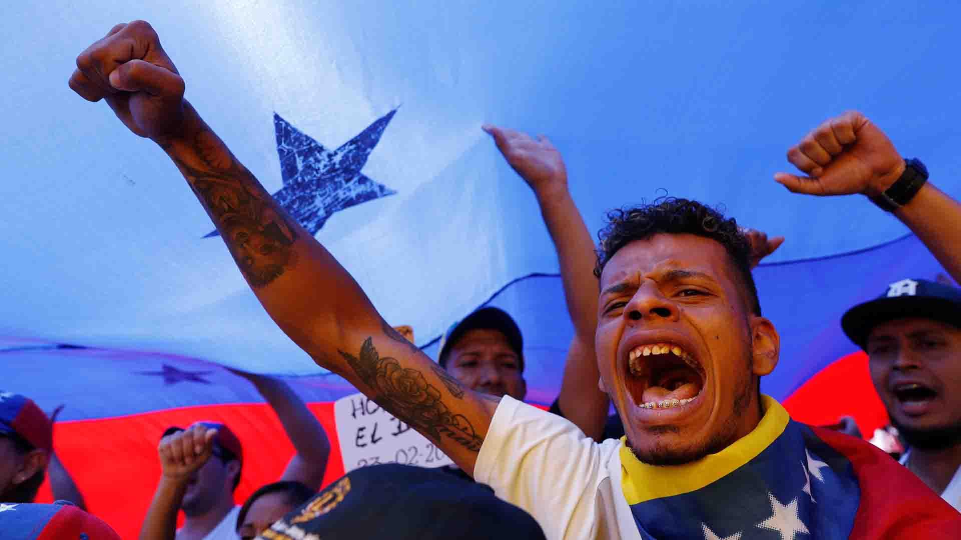 Los partidarios del líder opositor venezolano Juan Guaidó participan en un acto para exigir al dictador Nicolás Maduro que permita la entrada de ayuda humanitaria en Caracas (Reuters)