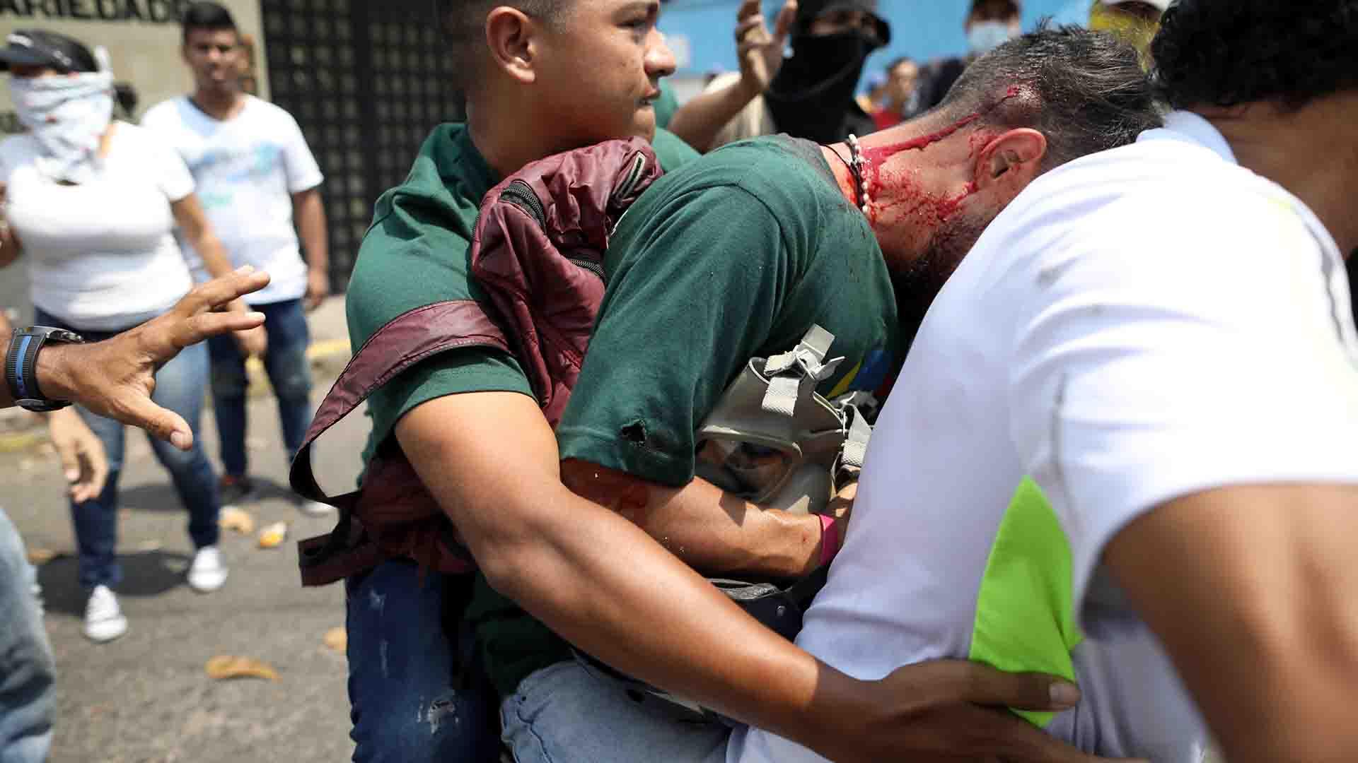 Un manifestante herido recibe ayuda de otros después de enfrentarse con las fuerzas de seguridad en Ureña, Venezuela )Reuters)