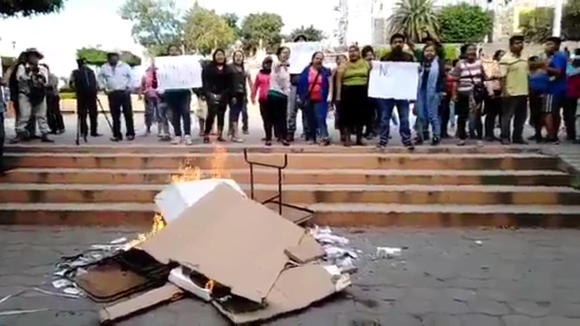 Otro grupo de manifestantes quemó más boletas y casillas en la comunidad de Amayuca del municipio de Jantetelco. (Foto: captura de pantalla)