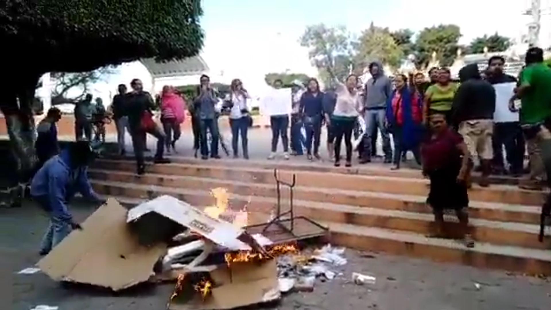 """""""¡Samir no murió, el gobierno lo mató!"""", gritaron los habitantes de Amilcingo al quemar las casillas (Foto: captura de pantalla)"""