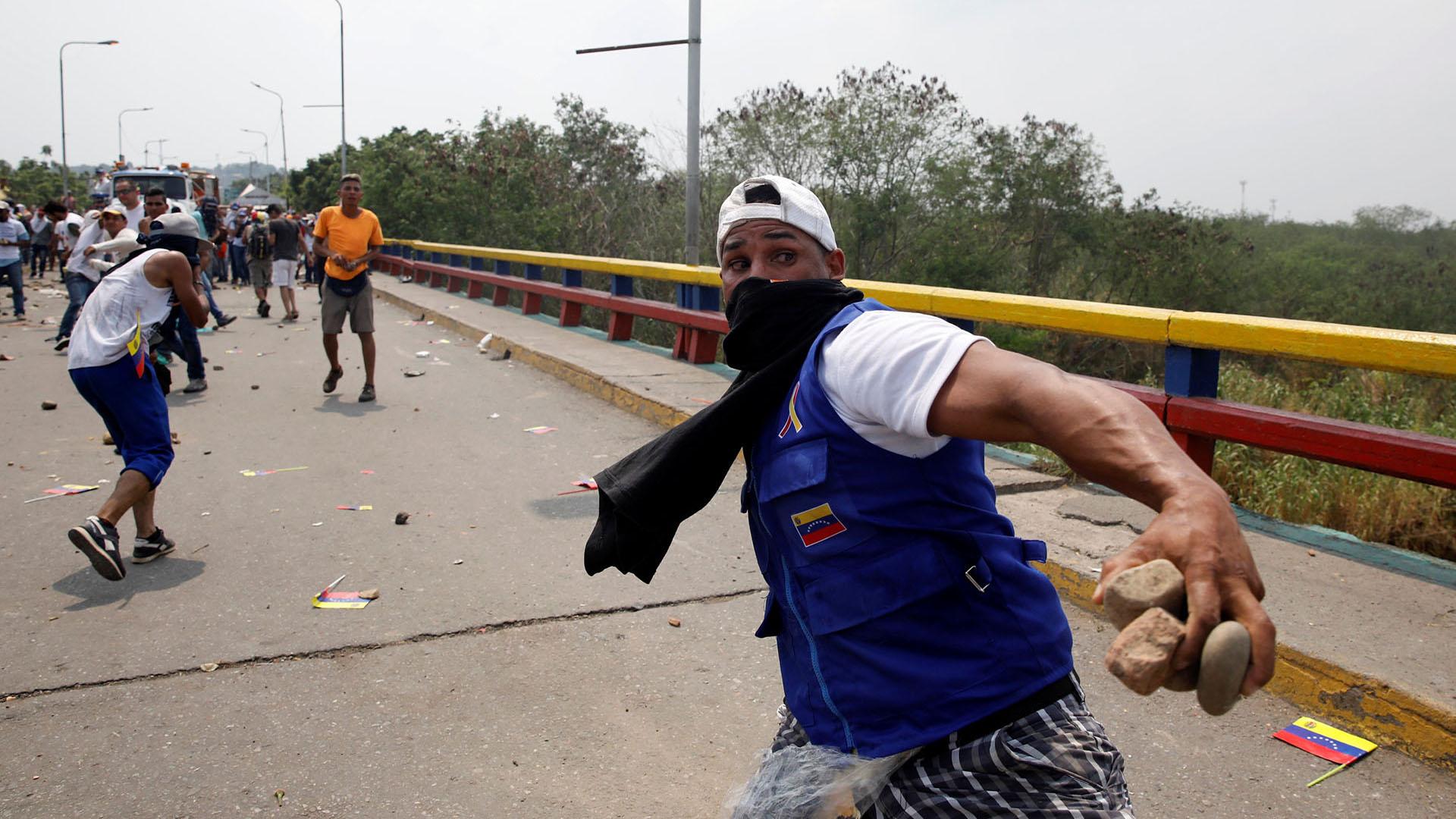 Los manifestantes se enfrentan a las fuerzas de seguridad de Venezuela en el puente Francisco de Paula Santander en la frontera entre Colombia y Venezuela, visto desde Cucuta (Reuters)