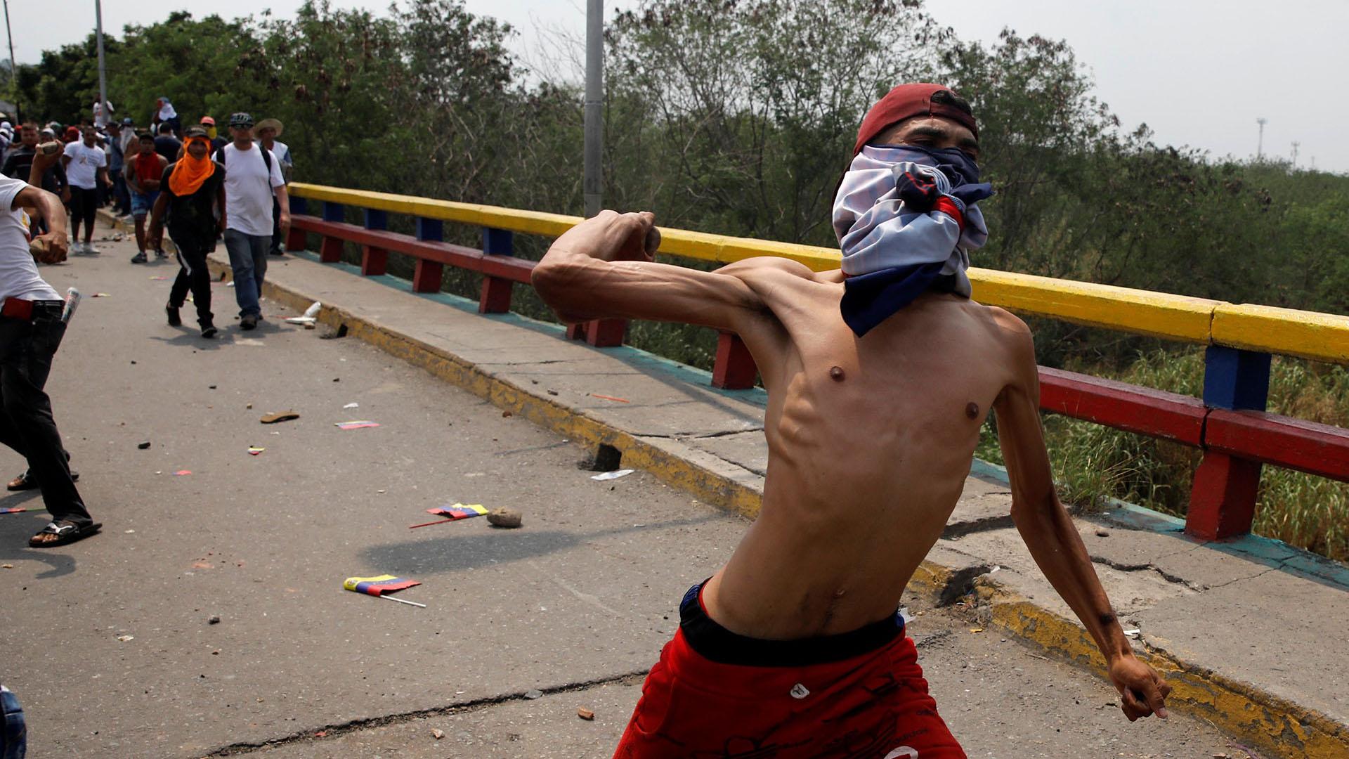 Los manifestantes se enfrentan a las fuerzas de seguridad de Venezuela en el puente Francisco de Paula Santander en la frontera entre Colombia y Venezuela (Reuters)